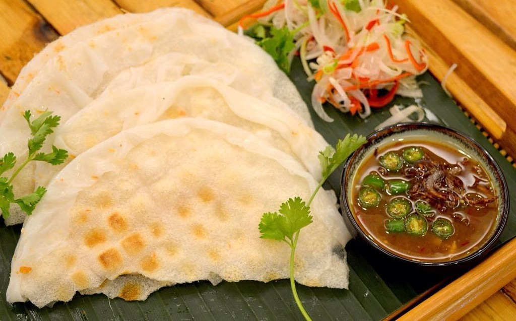 Các món ăn xứ Quảng hầu hết dùng với bánh tráng. Ảnh: N.T.H