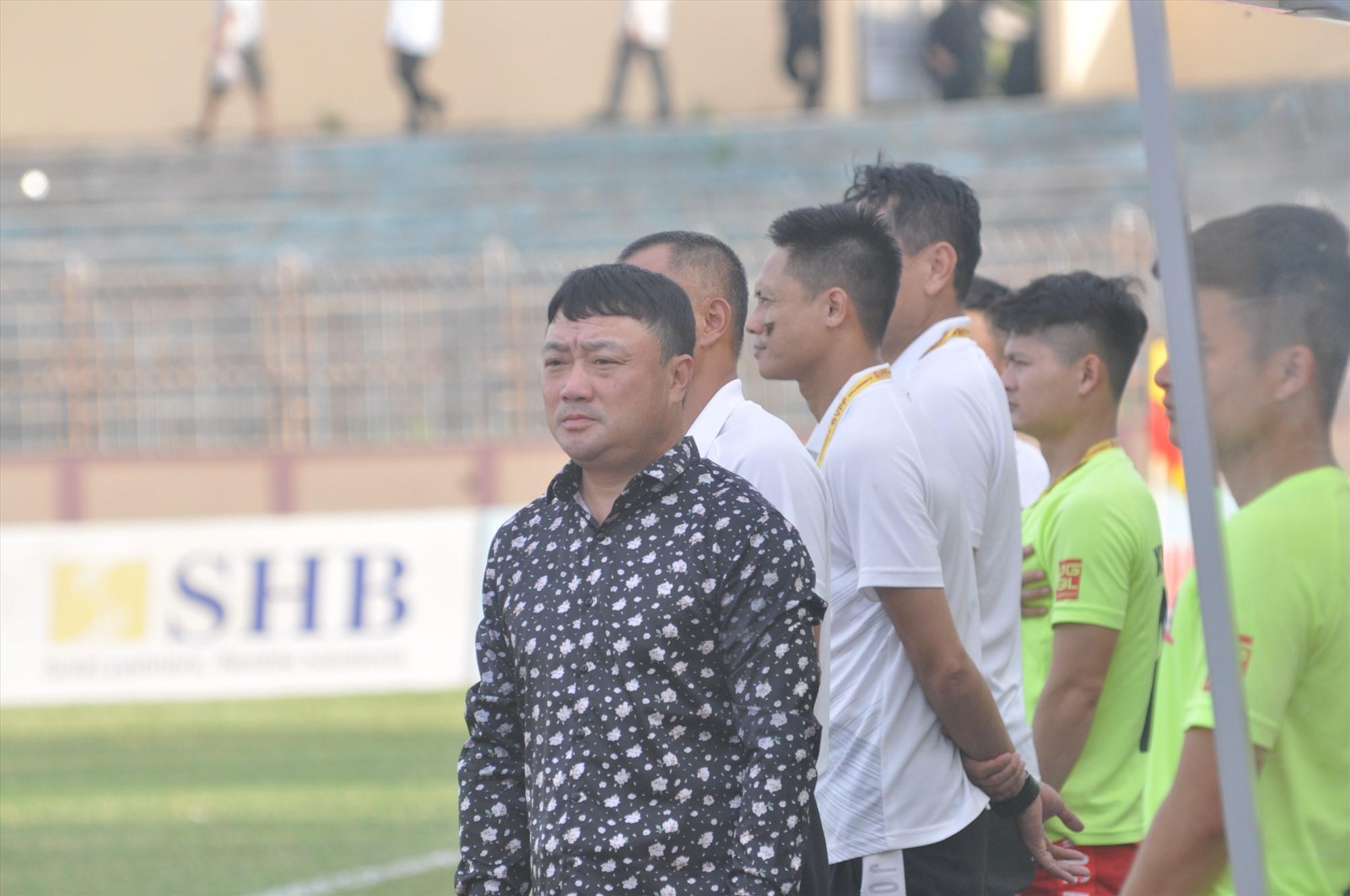 HLV Trương Việt Hoàng chịu không ít áp lực khi dẫn dắt Viettel mùa giải 2020. Ảnh: A.S