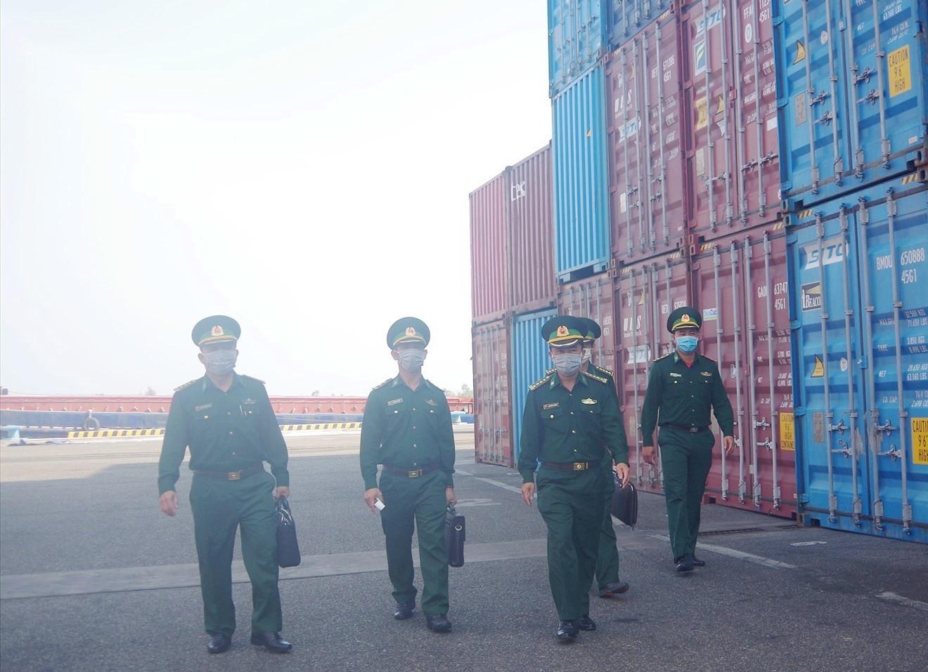 Đại tá Nguyễn Bá Thông – Chỉ huy trưởng BĐBP tỉnh kiểm tra công tác chống dịch tại Trạm Kiểm soát biên phòng Tam Hiệp