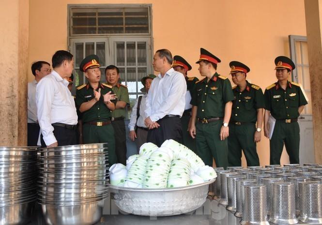 Bí thư Thành ủy Đà Nẵng Trương Quang Nghĩa (ngoài cùng bên phải) nghe BCH Quân sự thành phố báo cáo công tác chuẩn bị tiếp nhận 250 công dân Việt Nam trở về