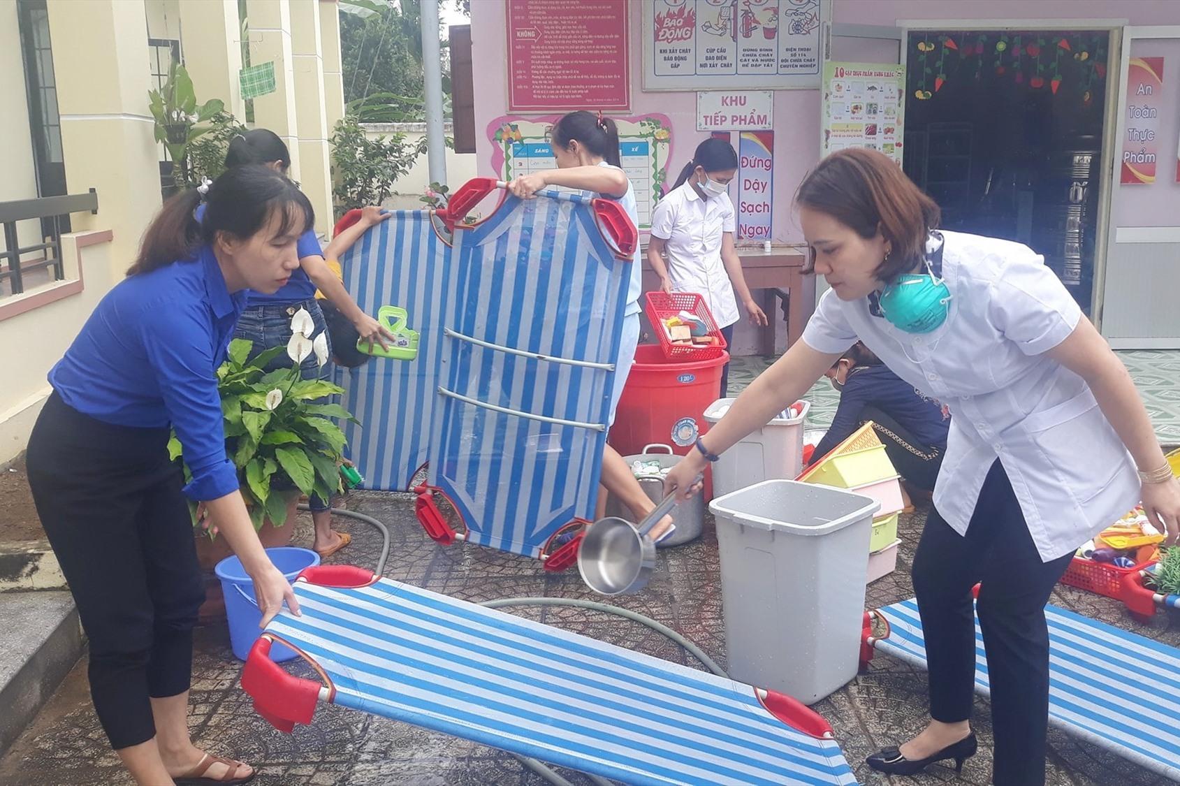 Thanh niên Đoàn xã Hiệp Thuận tham gia dọn vệ sinh, khử khuẩn tại trường mẫu giáo Hoa Anh Đào.