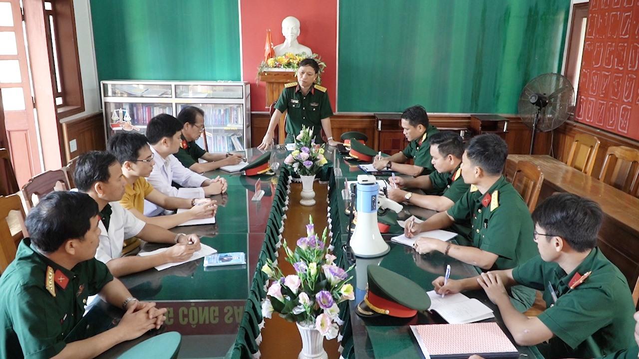 Ban chỉ huy khu vực tiếp nhận, cách ly phối hợp với Sở Y tế tỉnh họp triển khai buổi diễn tập. Ảnh: PHAN VINH