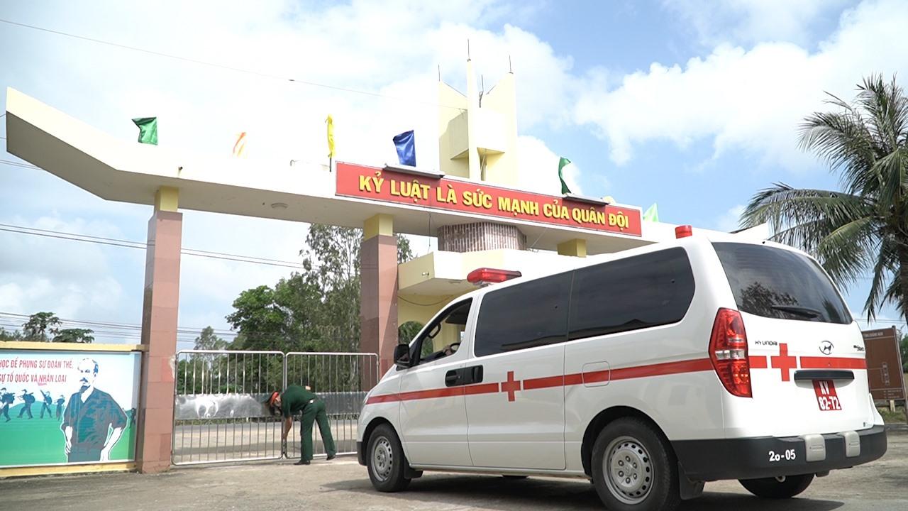 Nếu phát hiện công dân nghi nhiễm corona, Bộ CHQS tỉnh tiến hành đưa bệnh nhân đi bệnh viện theo quy định. Ảnh: PHAN VINH
