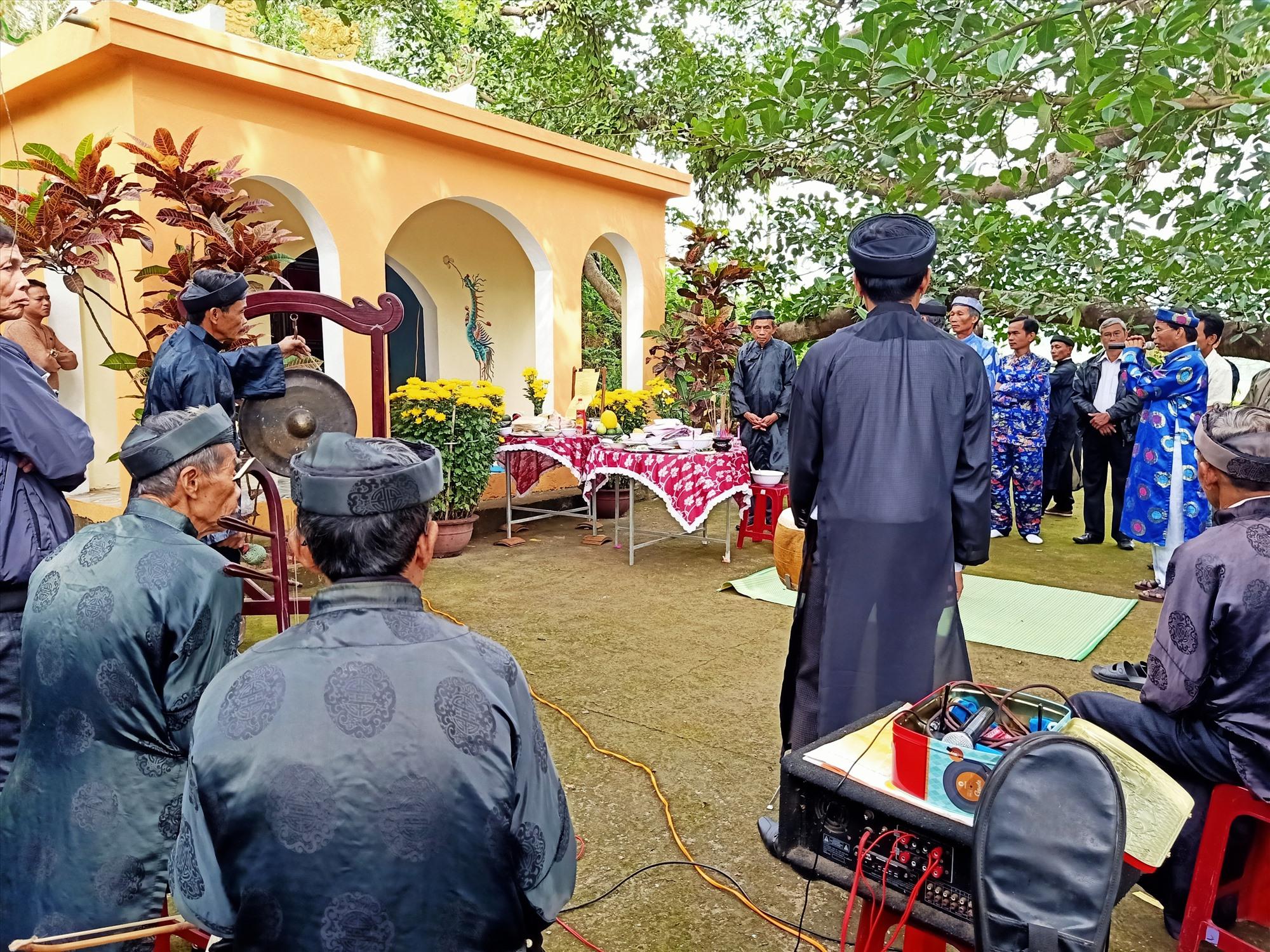 Lễ cúng tế tại Dinh Bà Ngũ Hành, thôn Nghĩa Tây, sáng 16 tháng Giêng. Ảnh: HOÀNG LIÊN