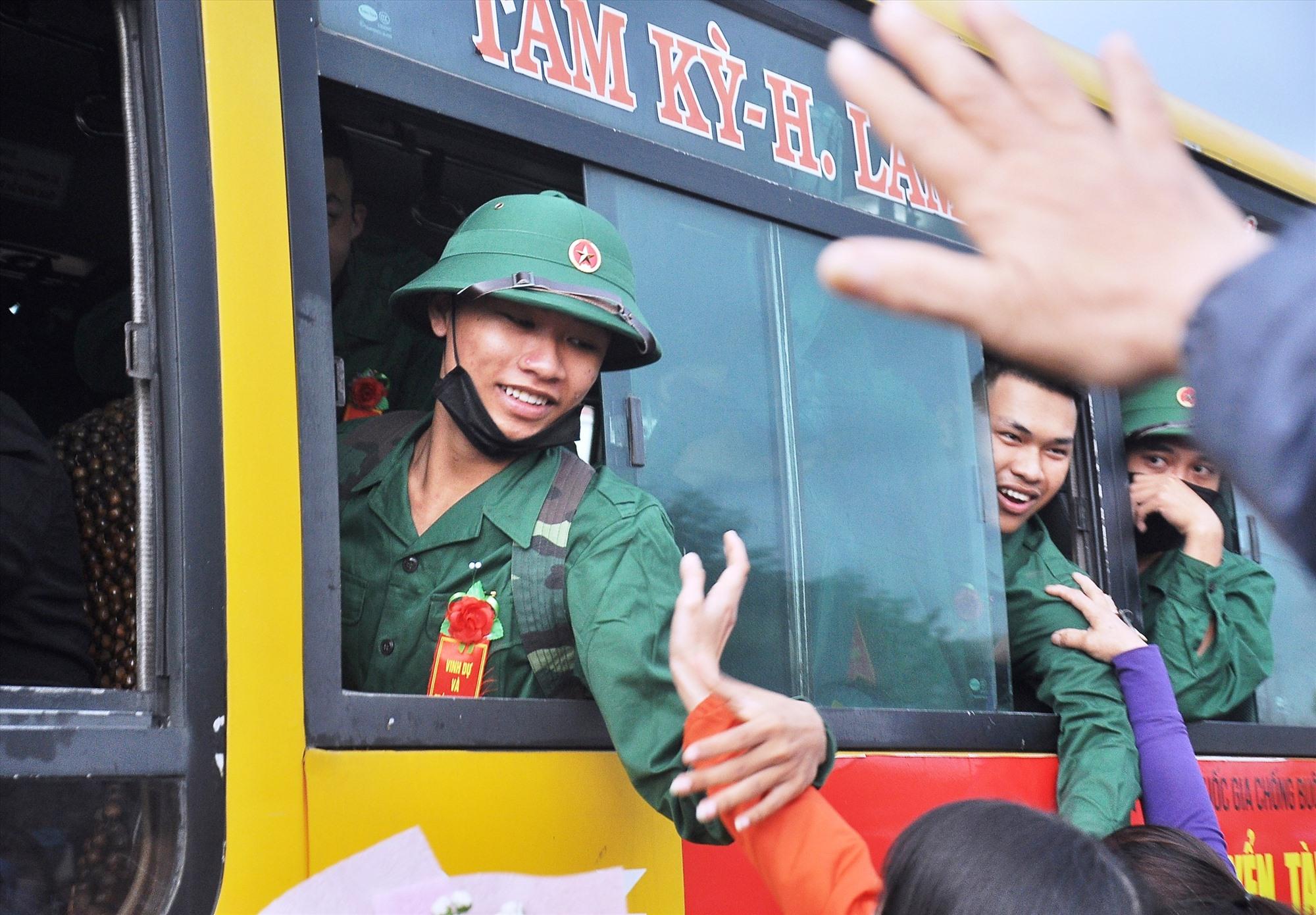 Thanh niên Phú Ninh lên đường nhập ngũ. Ảnh: VINH ANH