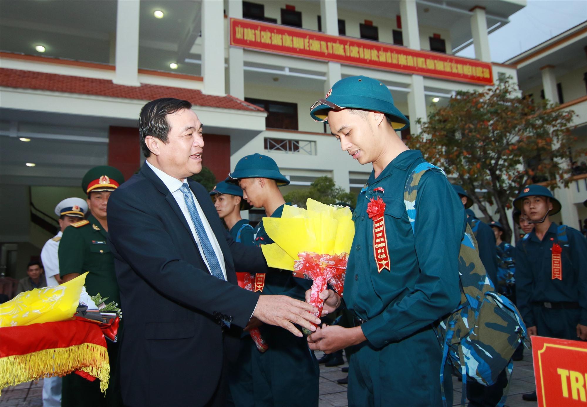 Bí thư Tỉnh ủy Phan Việt Cường tặng hoa, gởi lời chúc các tân binh luôn hoàn thành xuất sắc nhiệm vụ.