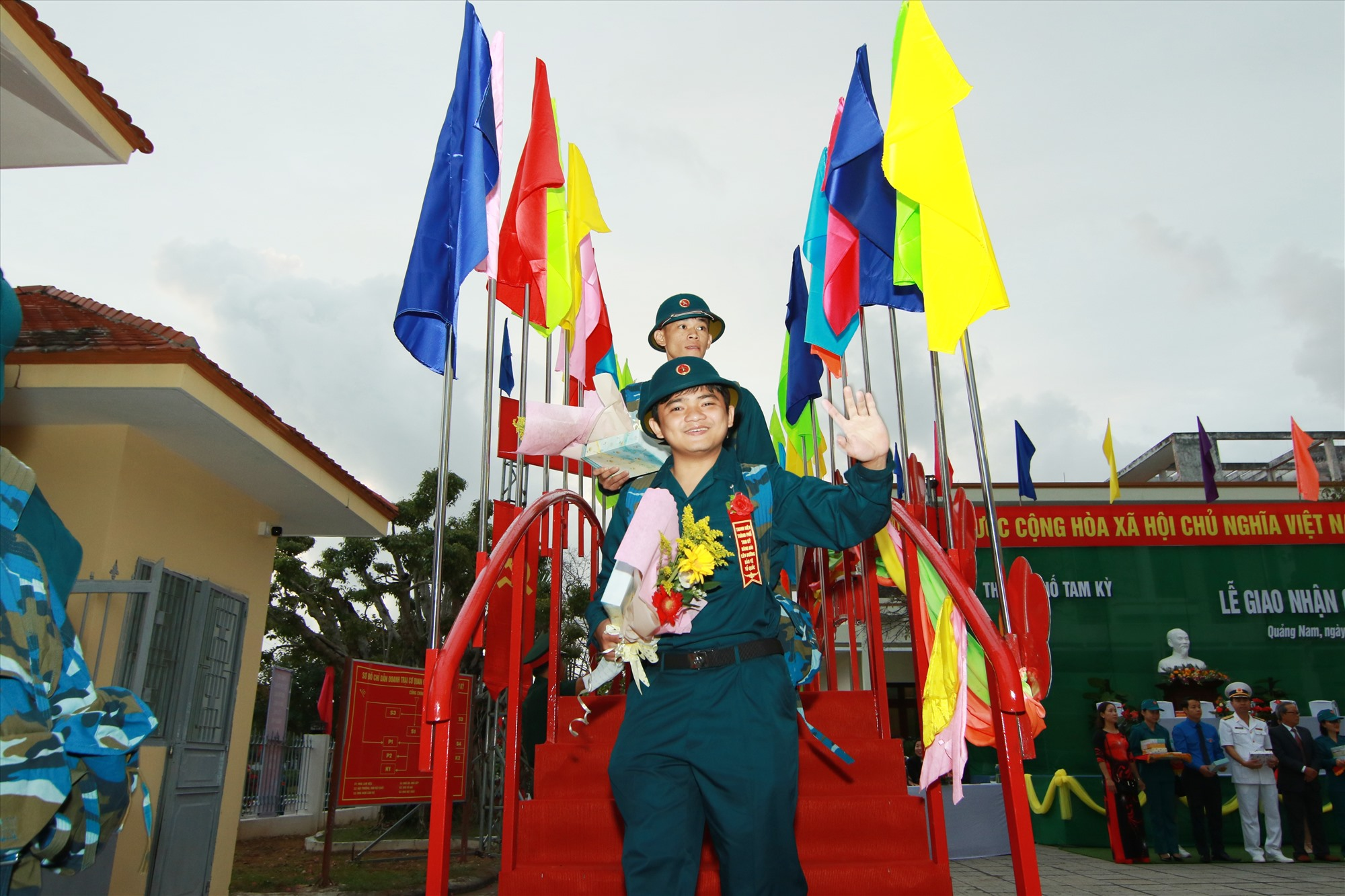 Tân binh bước qua cầu vinh quang lên đường nhập ngũ