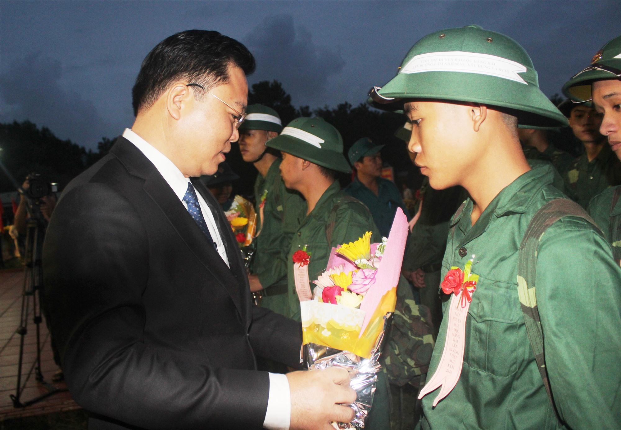 Chủ tịch UBND tỉnh Lê Trí Thanh tham dự lễ giao nhận quân tại huyện Đại Lộc.