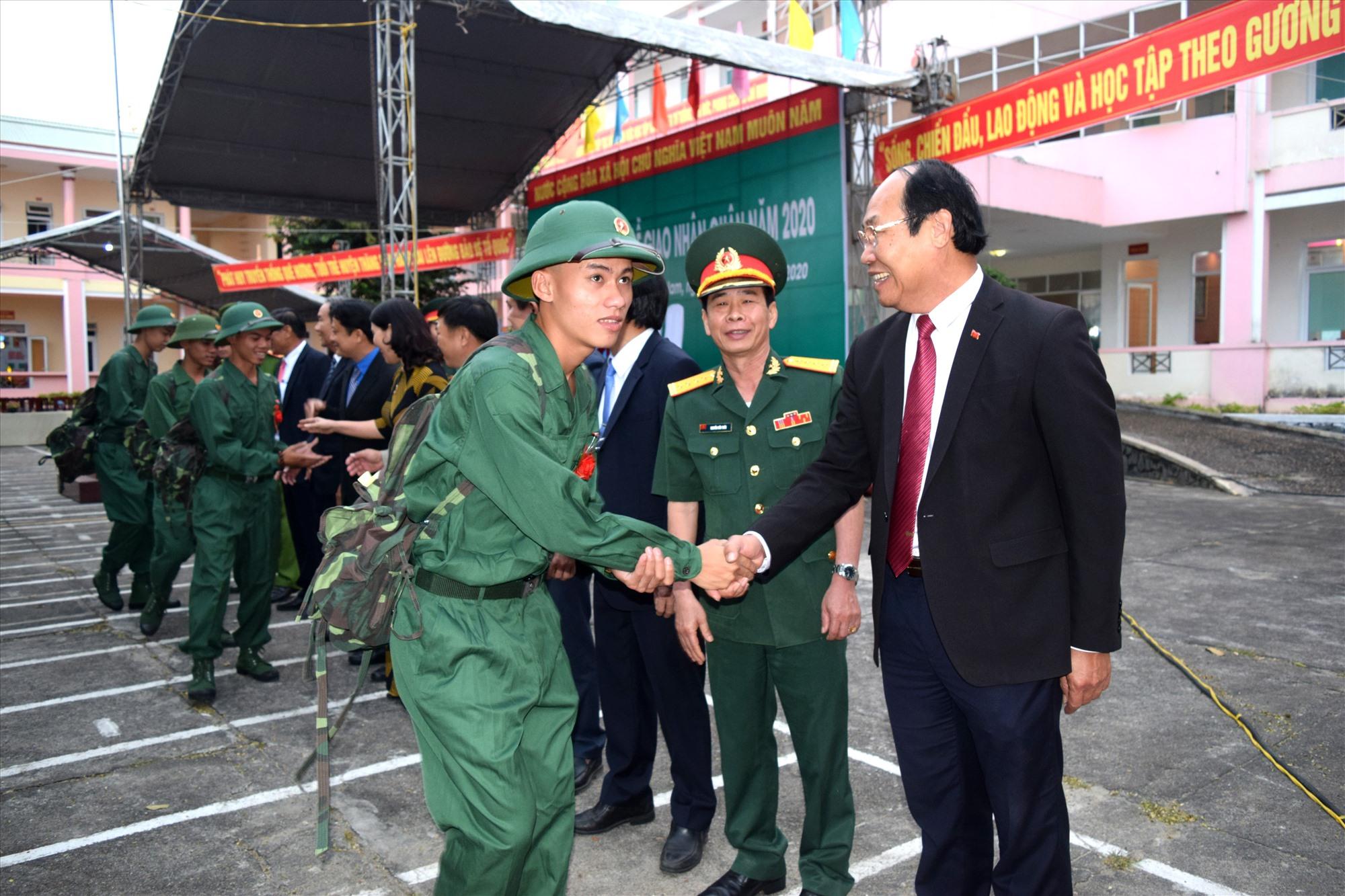 Đồng chí Võ Xuân Ca - Trưởng Ban Dân vận Tỉnh ủy, Chủ tịch Uỷ ban MTTQ Việt Nam tỉnh bắt tay động viên thanh niên.