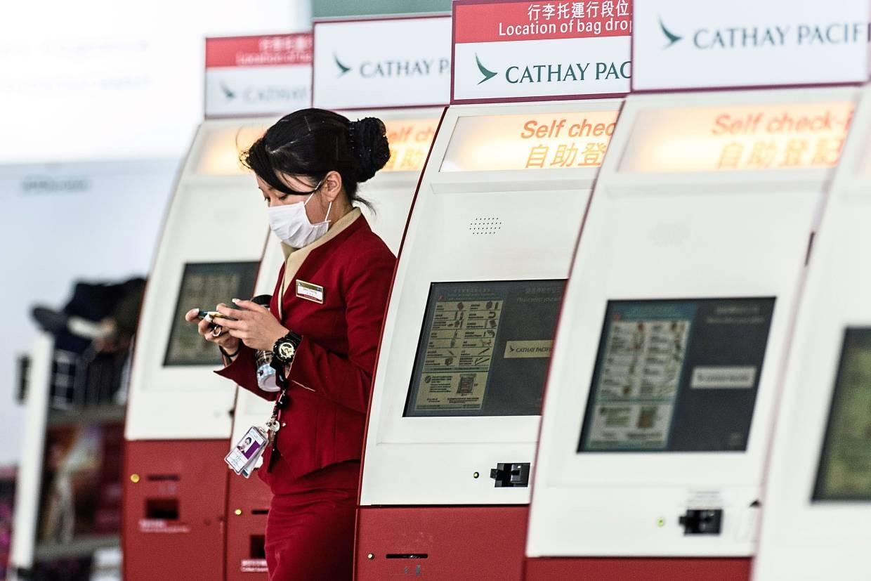 Nhân viên của hãng hàng không Cathay Pacific tại sân bay quốc tế Hồng Kông. Ảnh: AFP