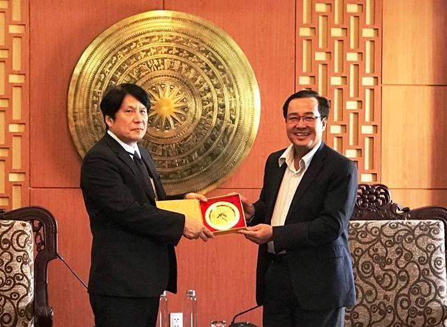 Quang Nam's souvenir sent to Mr. Yakabe (left)