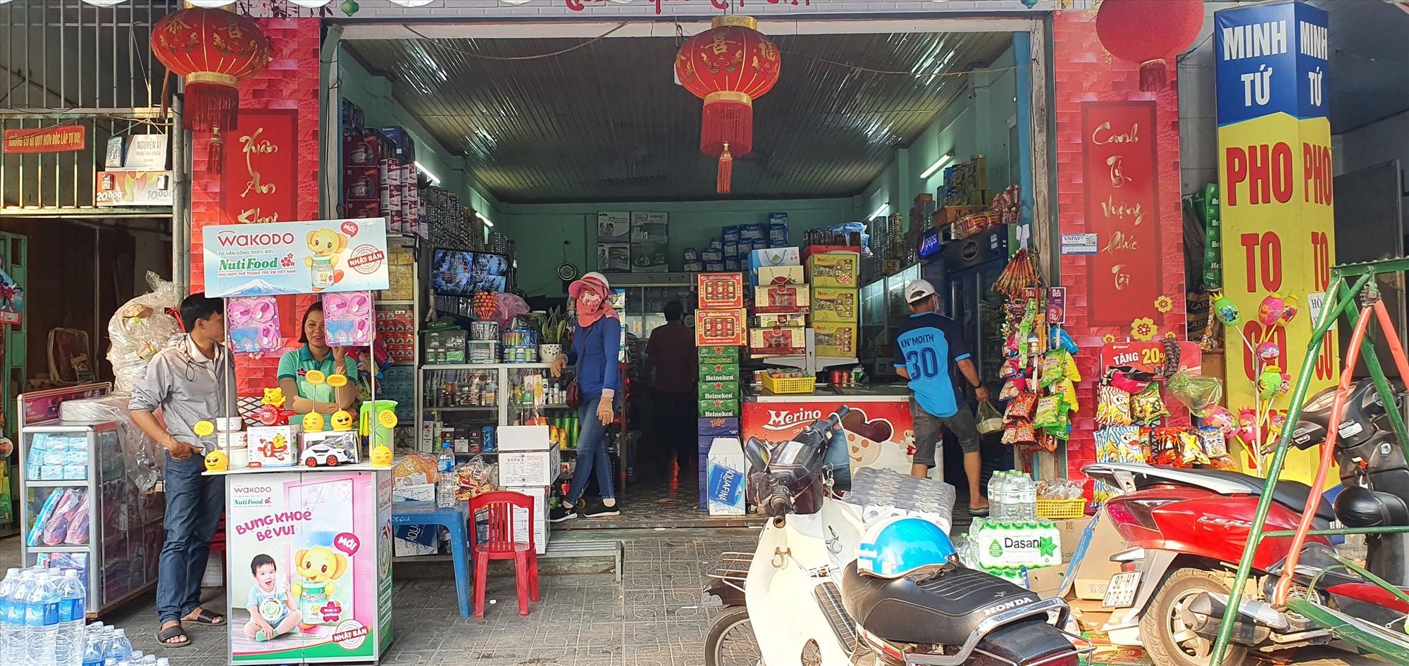 Các tiệm tạp hóa tại Tam Kỳ vẫn hoạt động bình thường. Ảnh: L.THU
