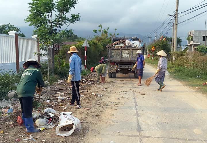 Hội Phụ nữ xã Đại Minh ra quân dọn vệ sinh môi trường đường làng, ngõ xóm. Ảnh: CTV