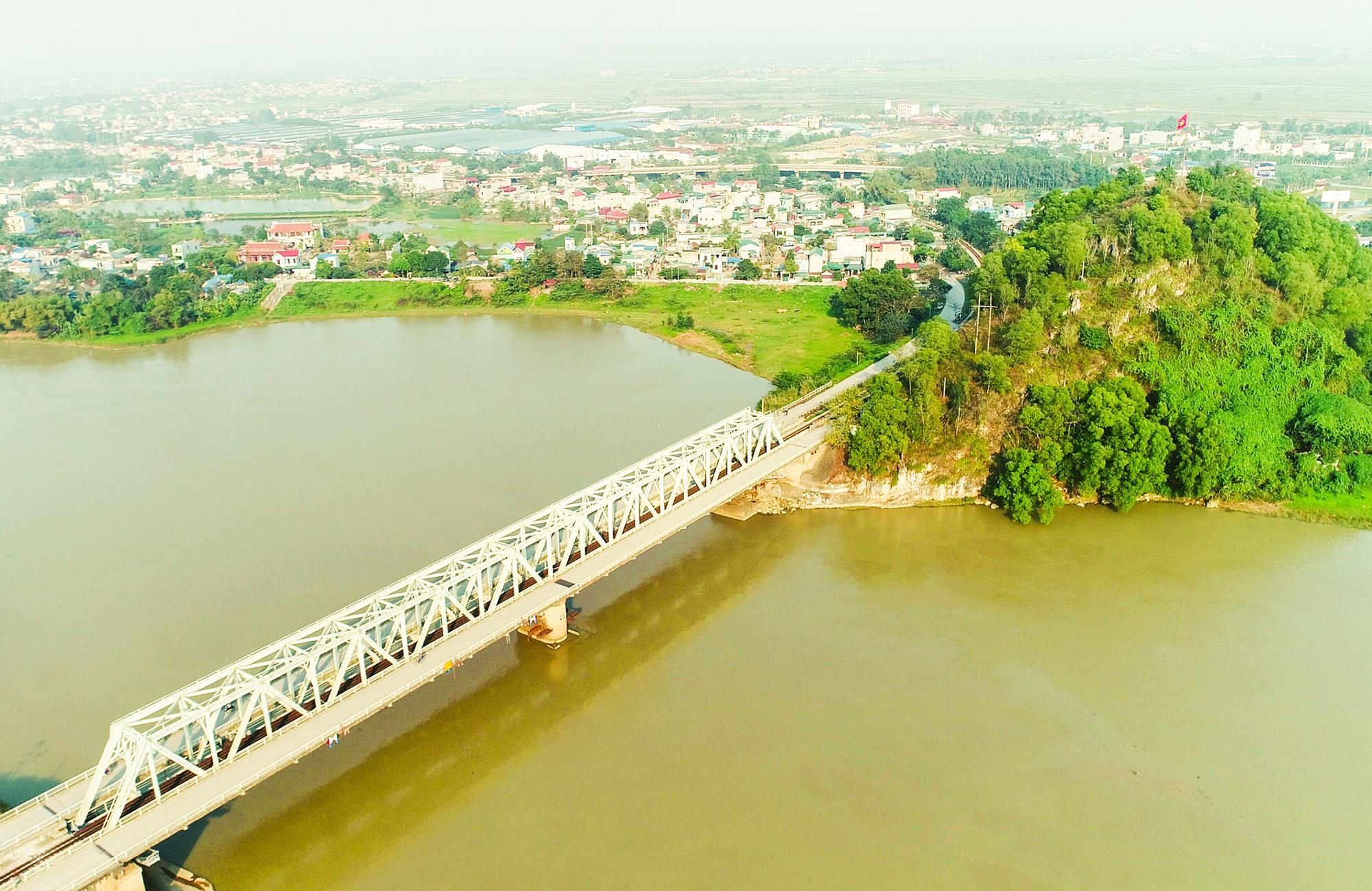 Cầu Hàm Rồng là một di tích lịch sử quan trọng, thông tuyến chiến lược để miền Bắc vận chuyển quân lương vào vi viện cho miền Nam.