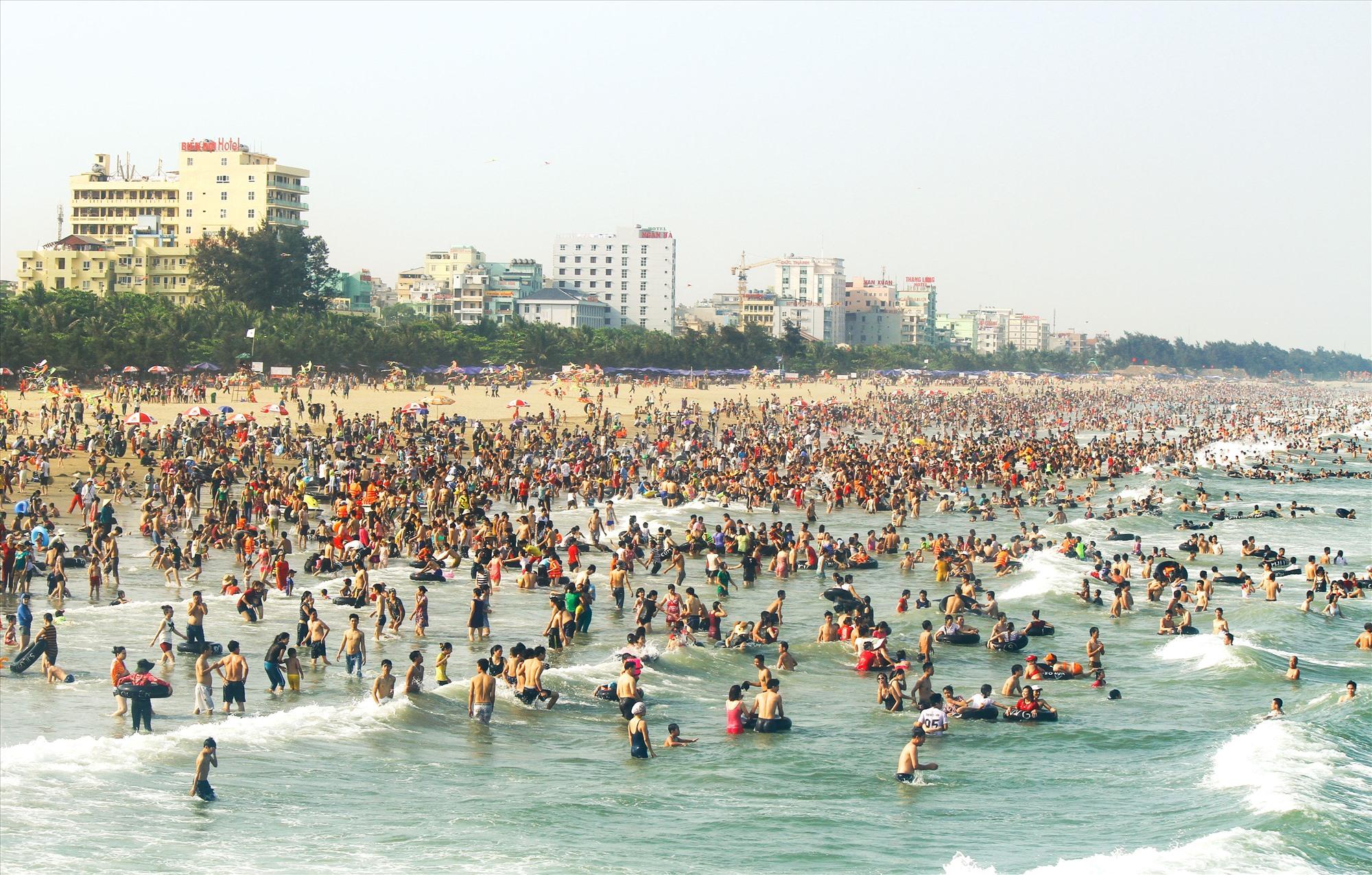 Bãi biển Sầm Sơn với triền cát bằng, an toàn cho du khách.