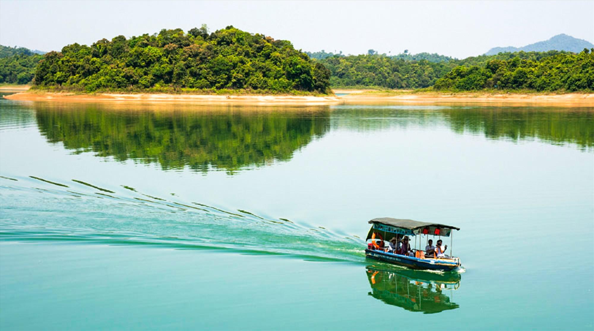"""Vườn quốc gia Bến En được mệnh danh là """"Vịnh Hạ Long trên cạn""""."""