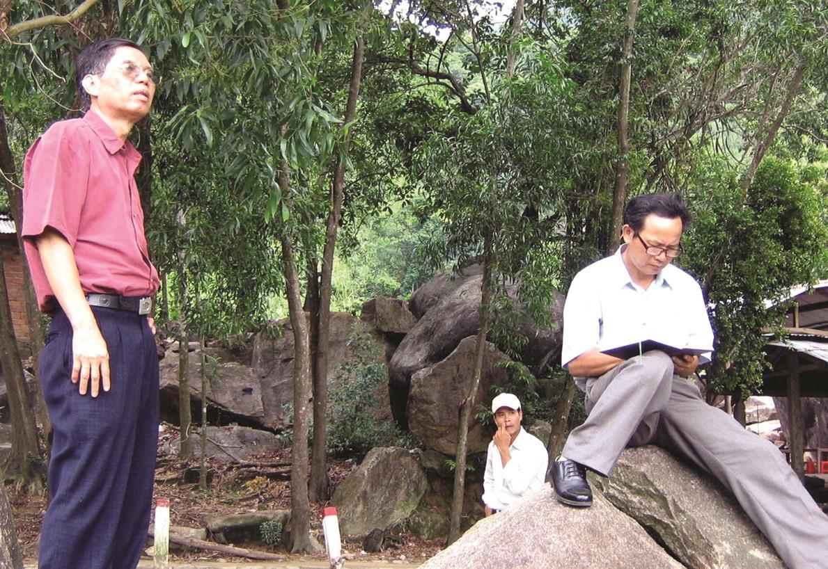 Hai nhà văn xứ Thanh - Nguyễn Bảo (bìa trái) và Đỗ Viết Nghiệm (ngồi), trong một lần đi thực tế ở Quảng Nam. Ảnh: B.A
