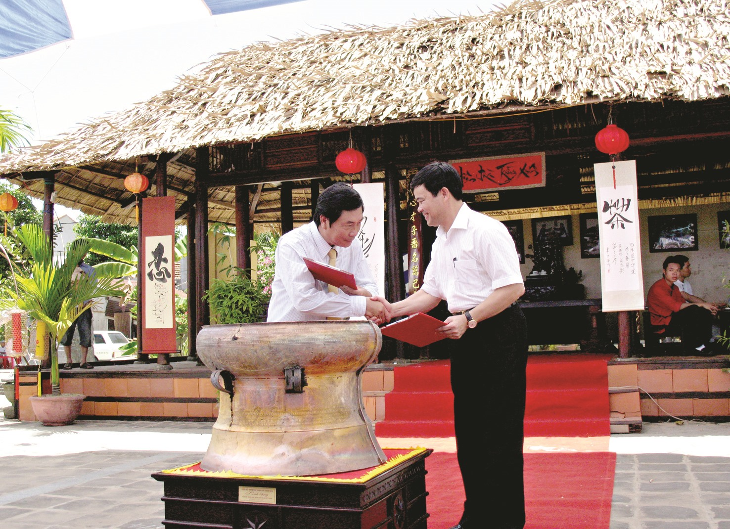 Tỉnh Thanh Hóa tặng chiếc trống đồng Đông Sơn cho Quảng Nam nhân dịp Kỷ niệm 50 năm kết nghĩa Thanh Hóa - Quảng Nam. Ảnh: PHAN VINH