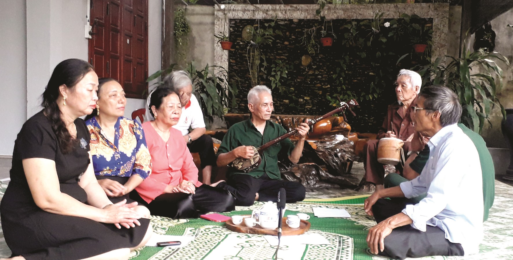 Câu lạc bộ nghệ thuật truyền thống đang tập hát chèo truyền thống.