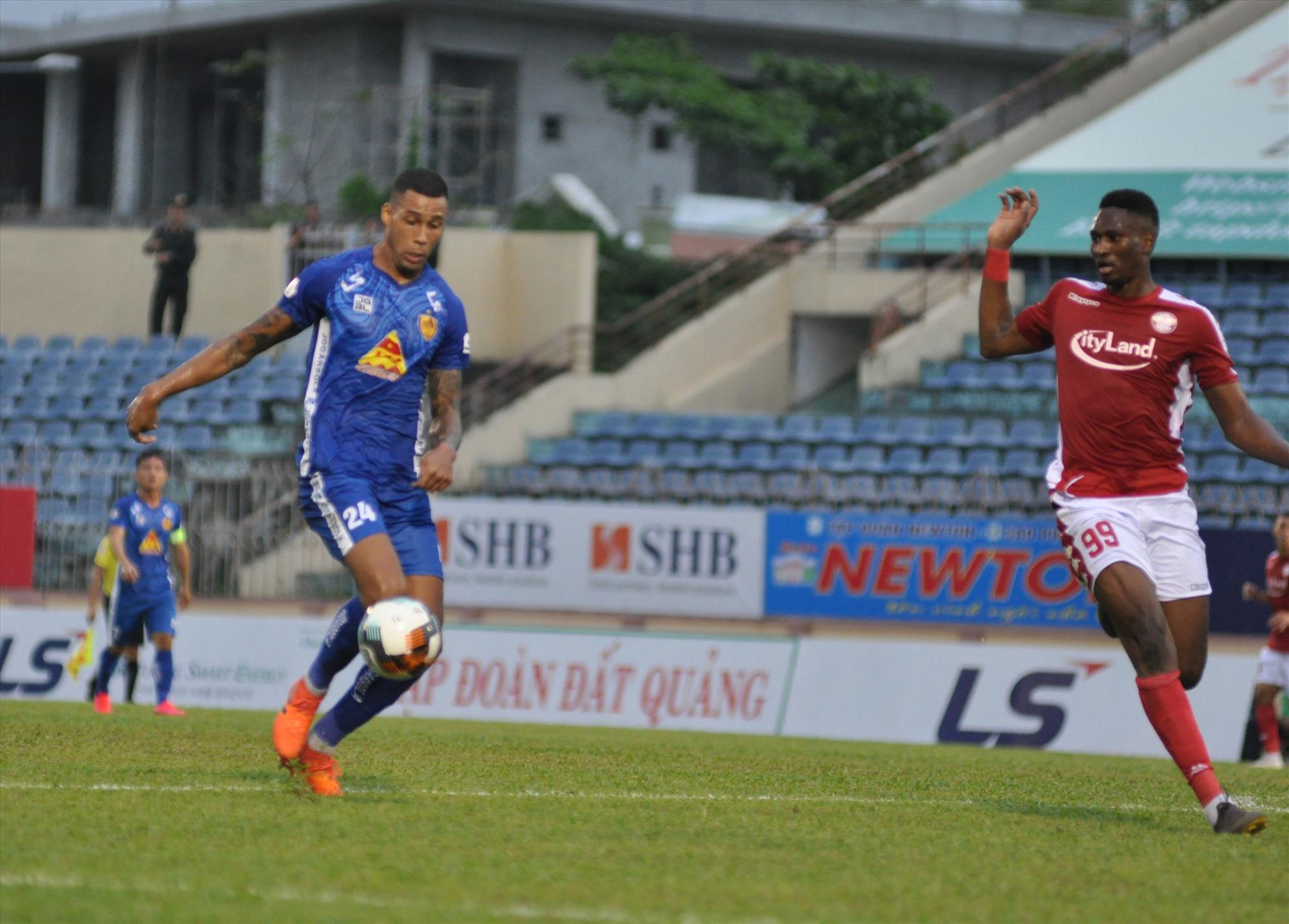 Đã có bàn thắng đầu tiên trong màu Quảng Nam, trung vệ Lucas (trái) sẽ tự tin hơn trong các pha tham gia tấn công. Ảnh: A.S