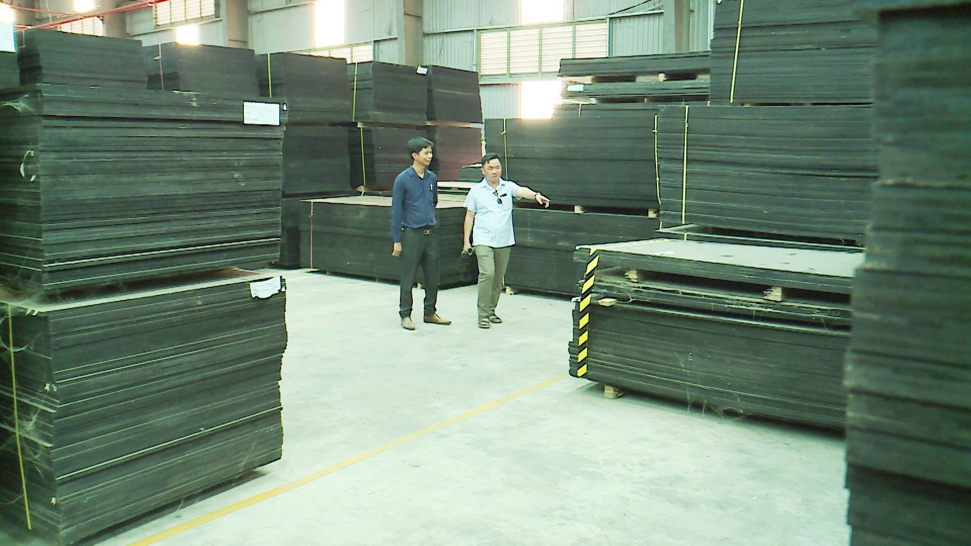 Hàng ngàn tấm ván phủ phim của công ty Cổ phần Gỗ Công nghiệp Quảng Nam bị tồn kho. Ảnh: XUÂN LAM