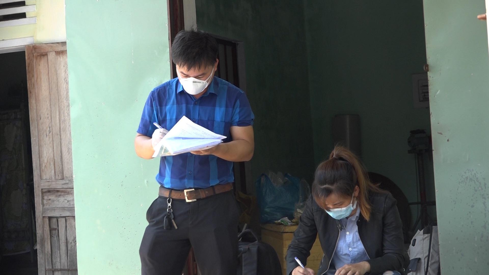 Đại diện Trung tâm Kiểm soát bệnh tật Quảng Nam tiến hành lấy thông tin đối với chị N.T.T.T. Ảnh: BIÊN THỰC