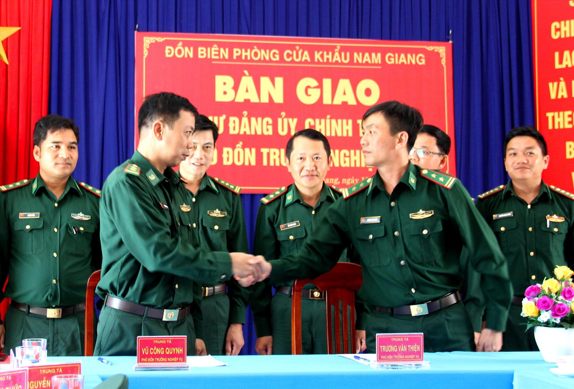 Đại diện lãnh đạo Bộ đội Biên phòng tỉnh chứng kiến lễ bàn giao nhiệm vụ giữa hai Phó đồn nghiệp vụ Đồn Biên phòng cửa khẩu Nam Giang. Ảnh: A.N