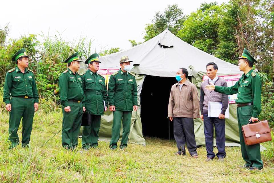 Tất cả đường mòn, lối mở tại khu vực biên giới đều được lập chốt kiểm tra, hạn chế nguy cơ lây lan dịch Covid-19 cho cộng đồng miền núi. Ảnh: H.C