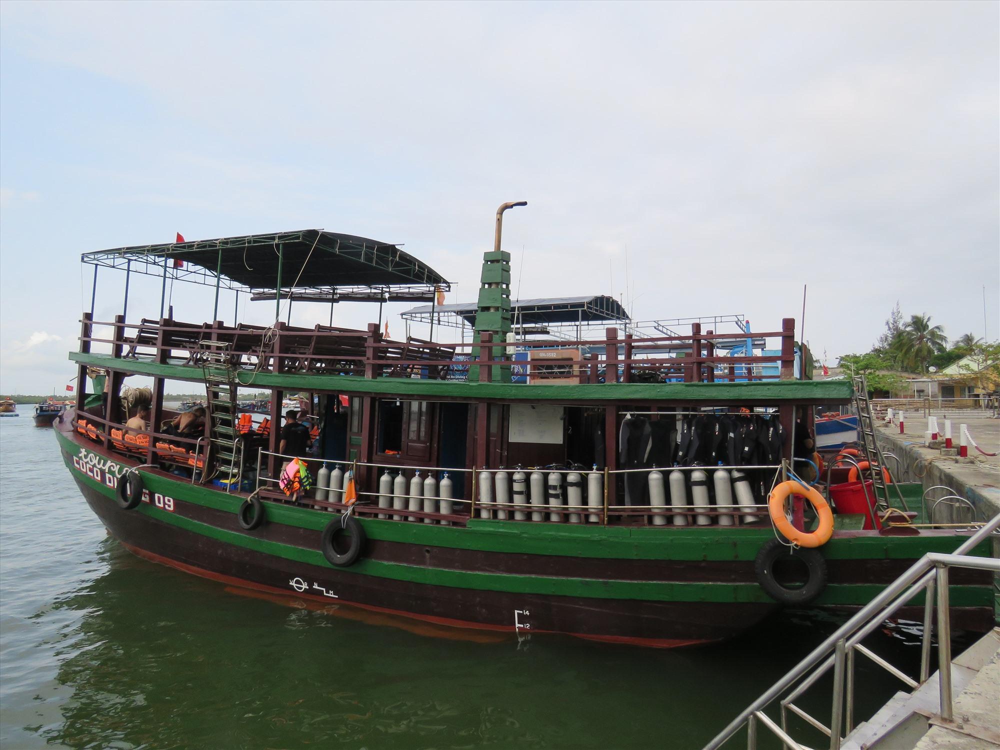 Khách chủ yếu đi tàu lặn, khám phá biển.