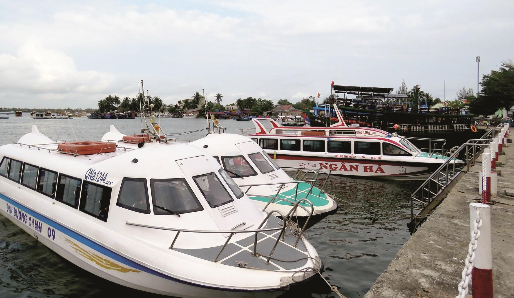 Lượng khách sụt giảm khiến tàu du lịch thất thu.Ảnh: T.V