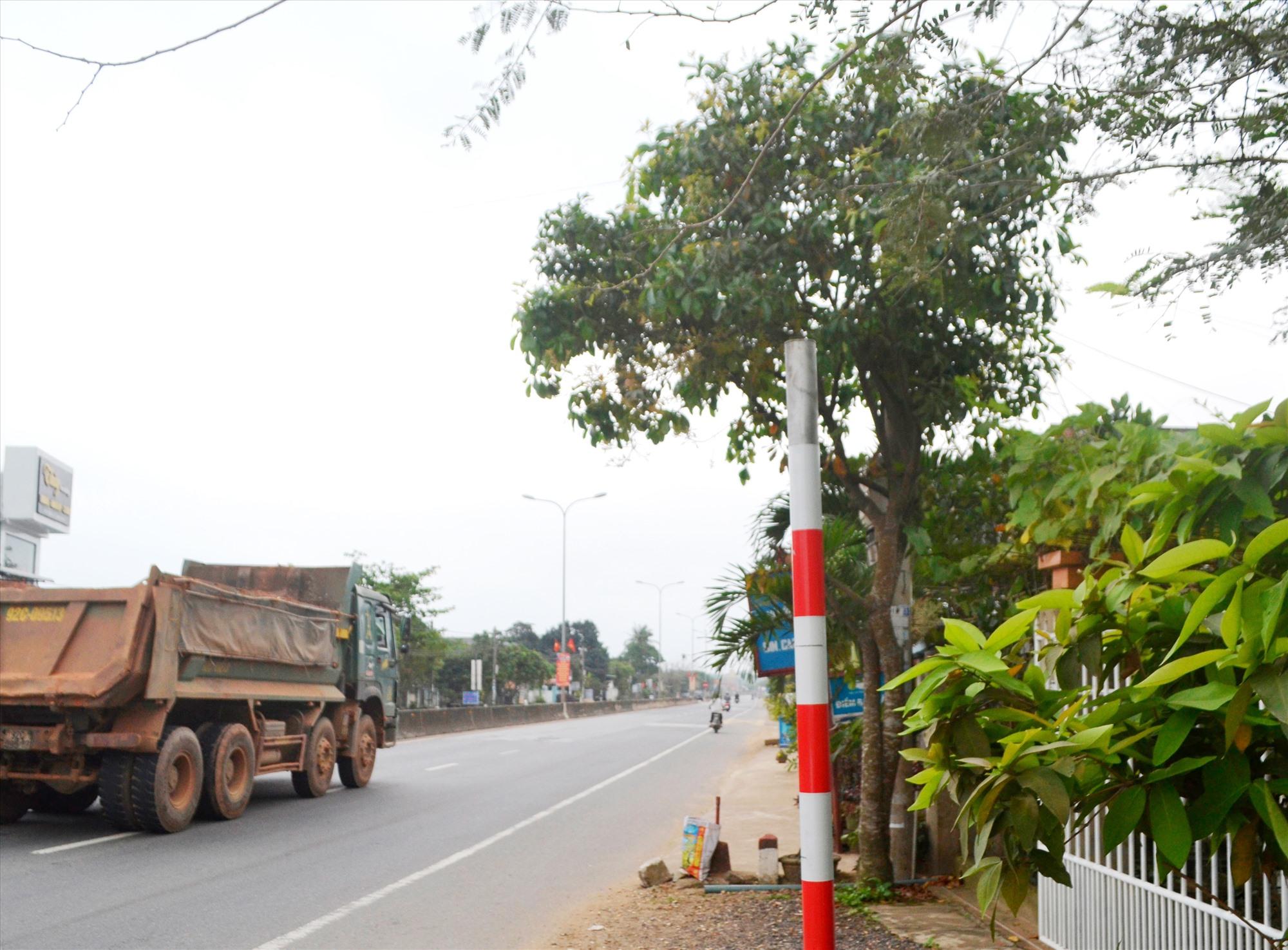 """Biển báo bên phải tuyến quốc lộ 1, đoạn qua xã Tam Xuân 1 (Núi Thành) đã """"không cánh mà bay"""". Ảnh: T.C.T"""