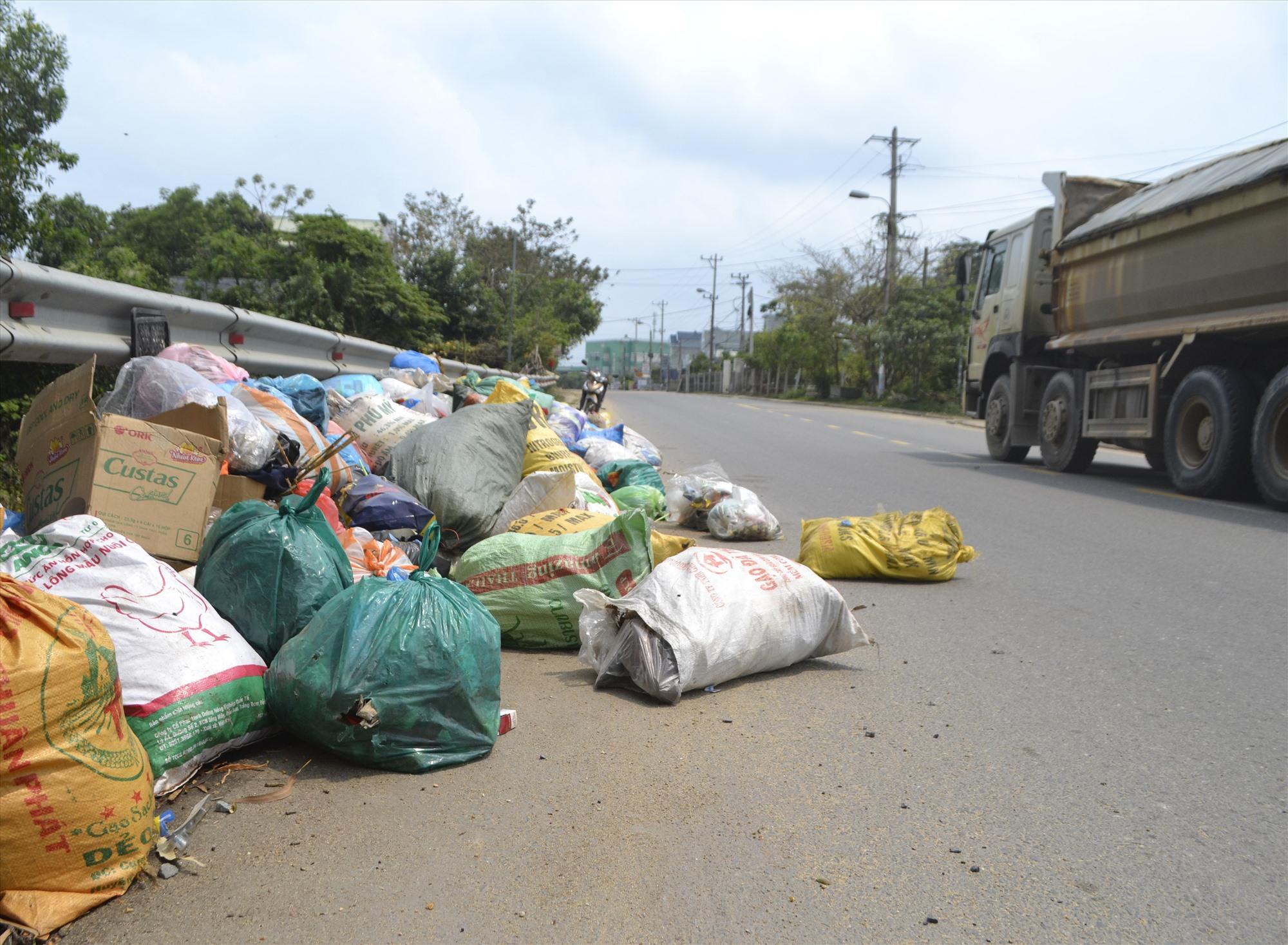 Người dân lén lút vứt rác tràn ra cả lòng đường ĐT609B, qua địa phận Đại Lộc. Ảnh: K.K