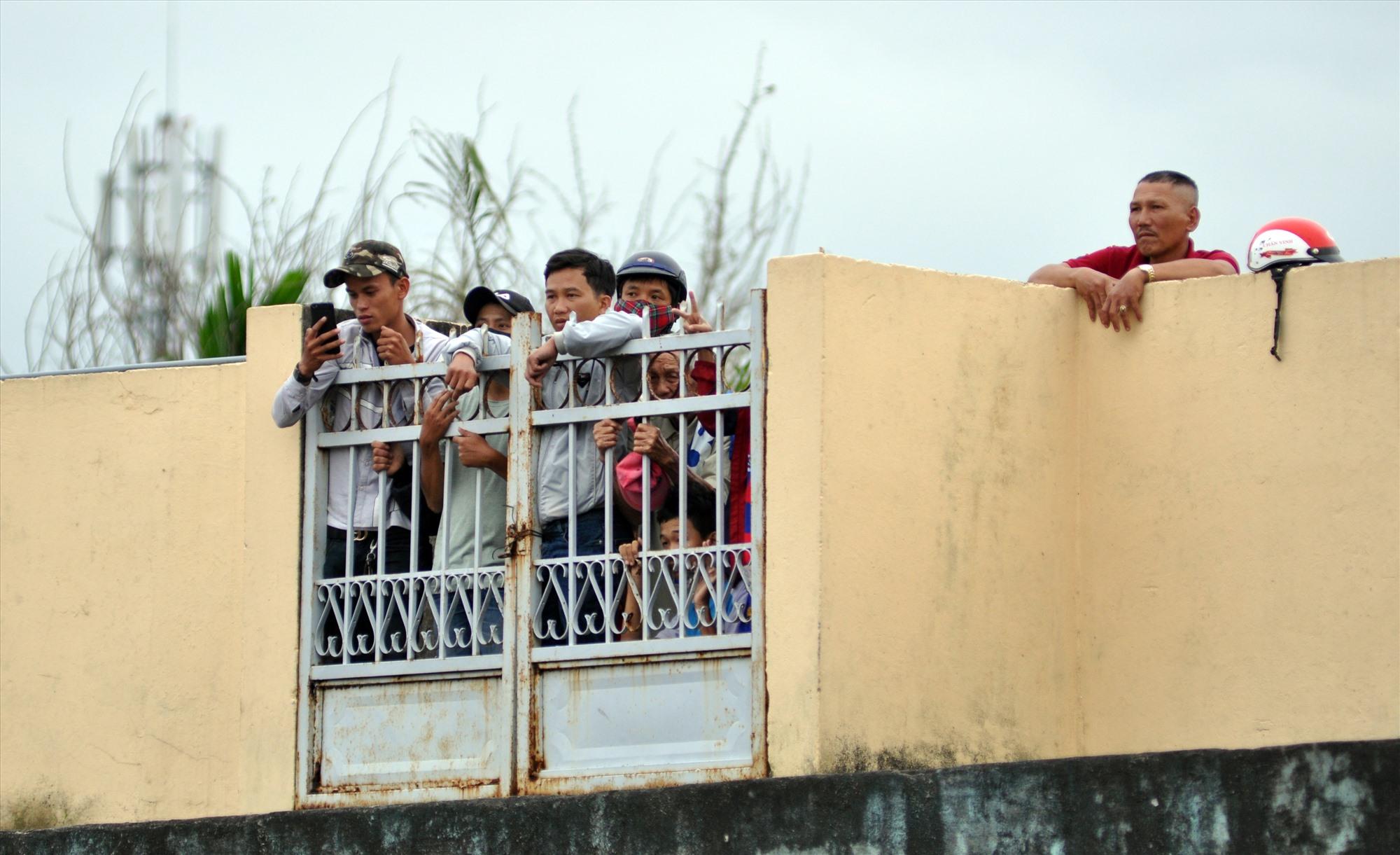 Người hâm mộ xứ Quảng xem trận Quảng Nam gặp TP.Hồ Chí Minh qua cánh cửa sắt sân Tam Kỳ. Ảnh: A.N
