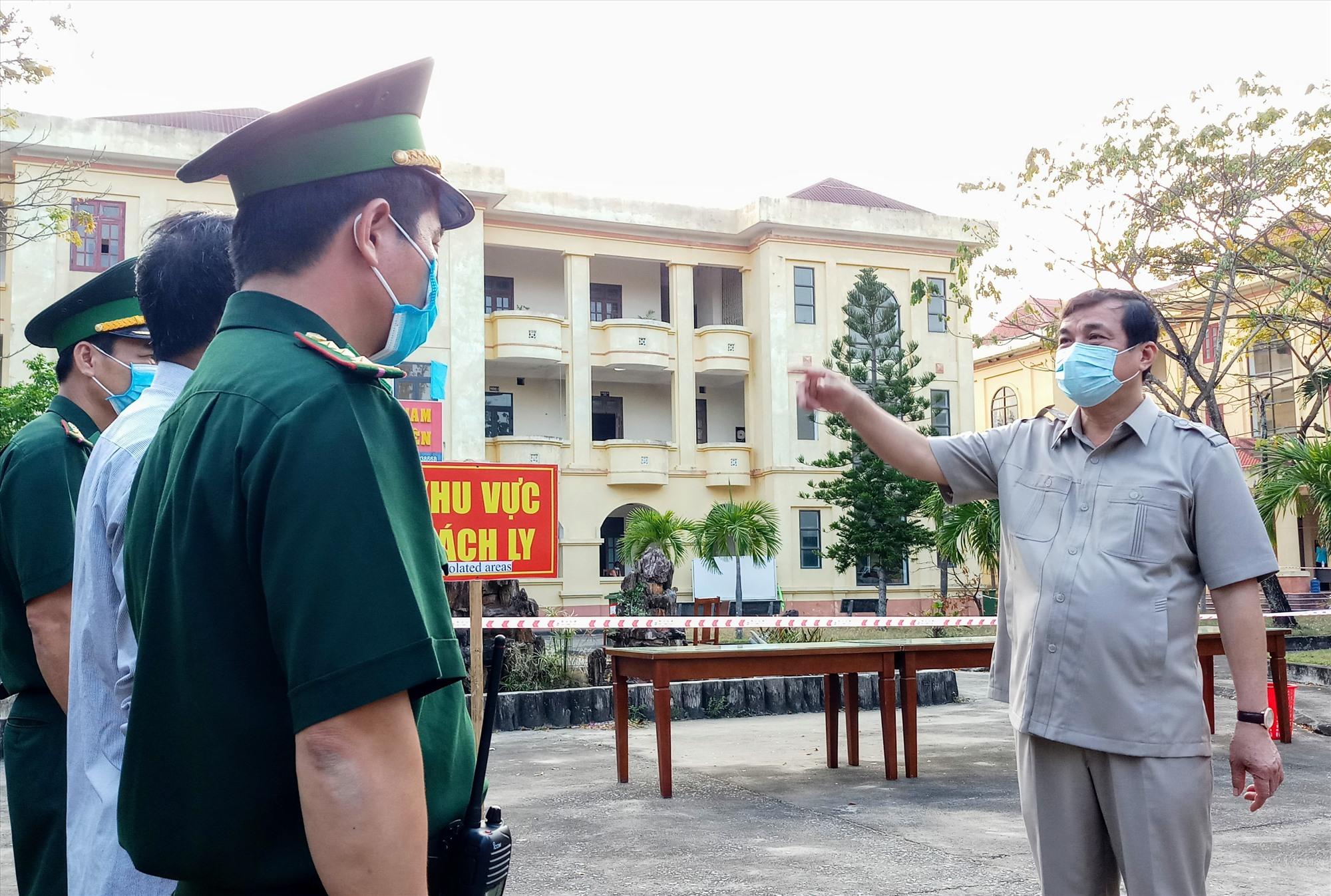 Bí thư Tỉnh ủy Phan Việt Cường động viên câc cân bôh, chiến sĩ biên phòng và nhân viên y tế làm nhiệm vụ tain khu cách ly nhân buổi đến kiểm tra thực tế. Ảnh: A.N