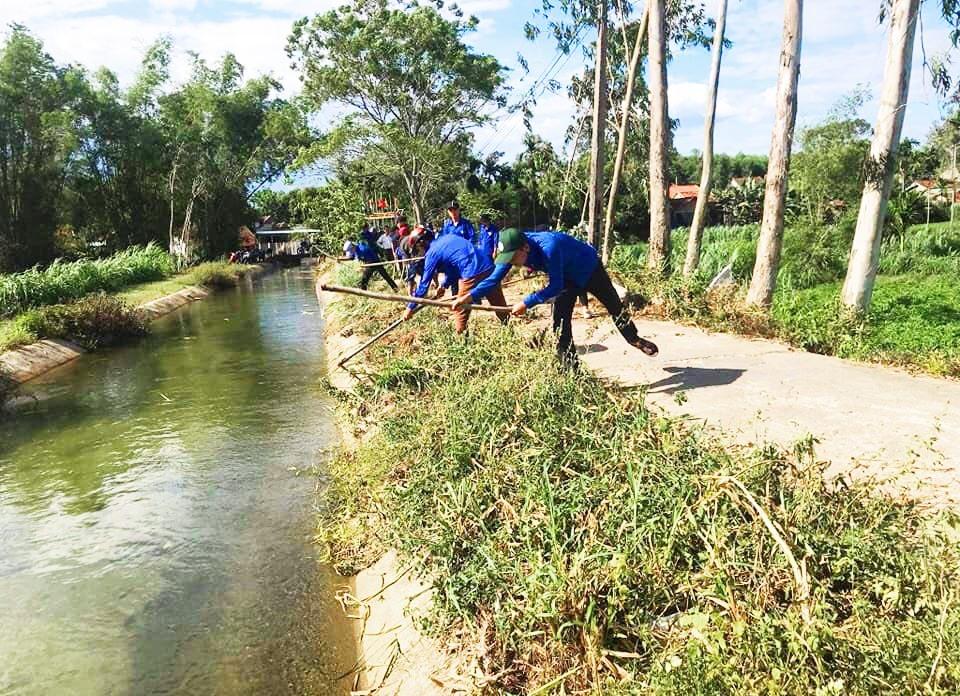 Thanh niên Tam Thái ra quân phát quang tuyến đường thanh niên kiểu mẫu tịa thôn Hòa Bình. Ảnh: THÁI CƯỜNG