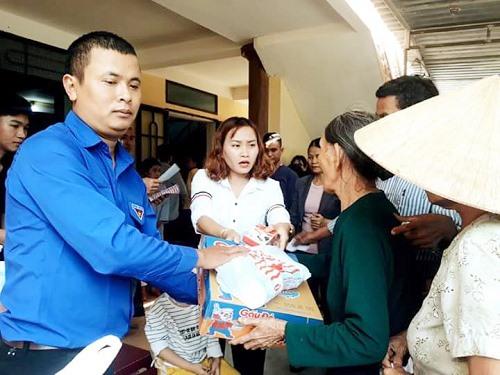 Anh Thái Tấn Thủ tặng quà cho hộ khó khăn dịp Tết Canh Tý năm 2020. Ảnh: T.D