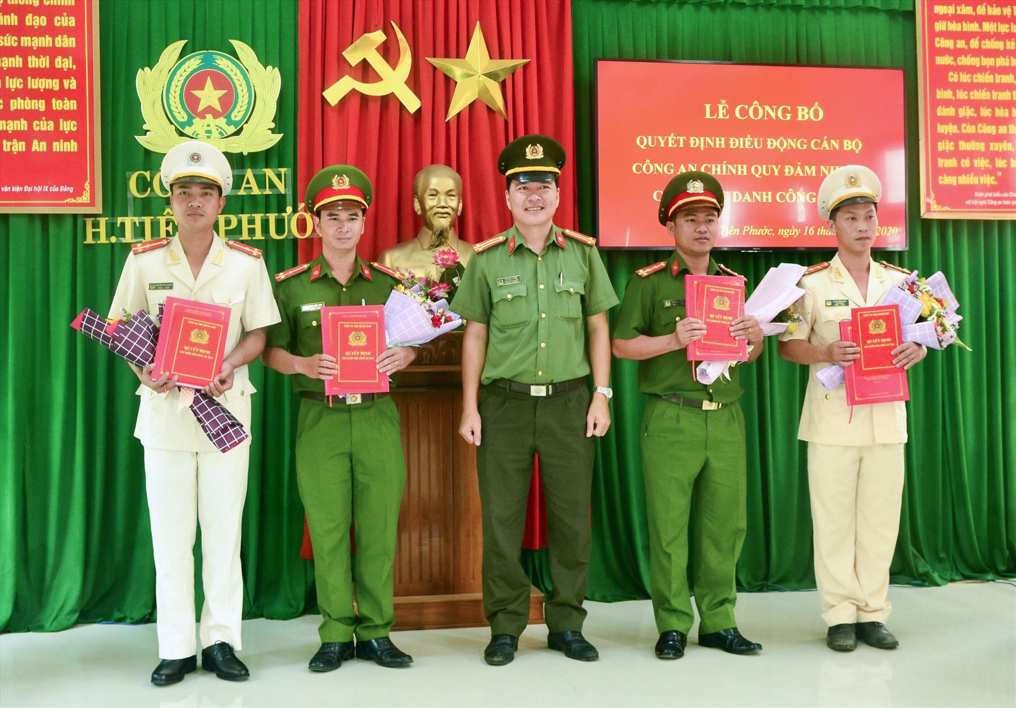 Lãnh đạo Công an huyện Tiên Phước trao Quyết định của Giám đốc Công an tỉnh cho các đồng chí công an về đảm nhiệm các chức danh Công an xã.