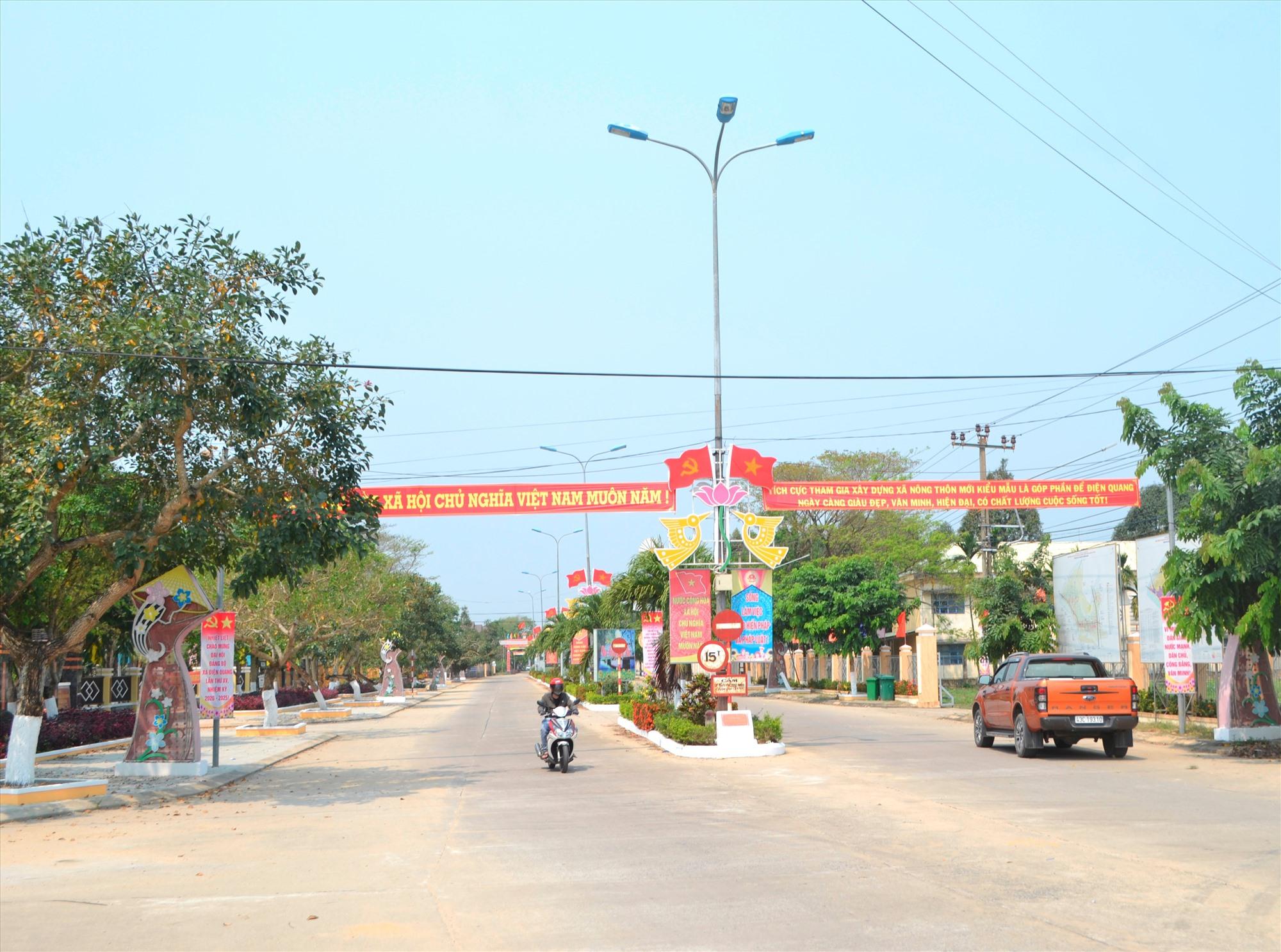 Đường qua trung tâm hành chính xã Điện Quang mở rộng khang trang. Ảnh: CÔNG TÚ