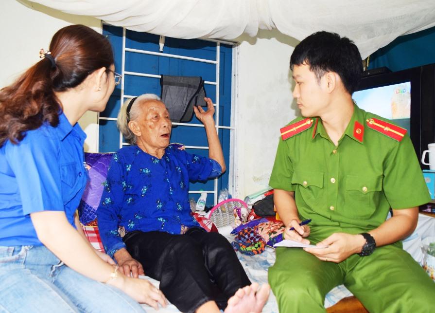 Tuổi trẻ Phú Ninh làm chứng minh nhân dân tại nhà cho các hộ gia đình chính sách, người già neo đơn. Ảnh: L.C