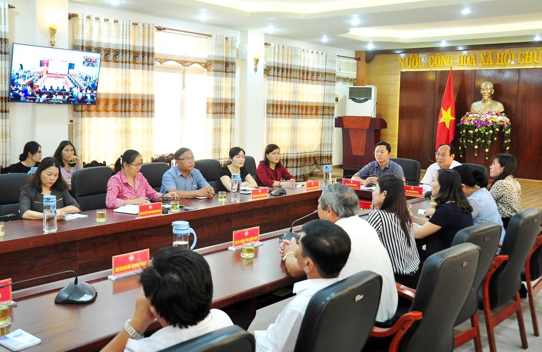 Các đại biểu theo dõi chương trình lễ phát động tại điểm cầu Ủy ban MTTQ Việt Nam tỉnh. Ảnh: VINH ANH