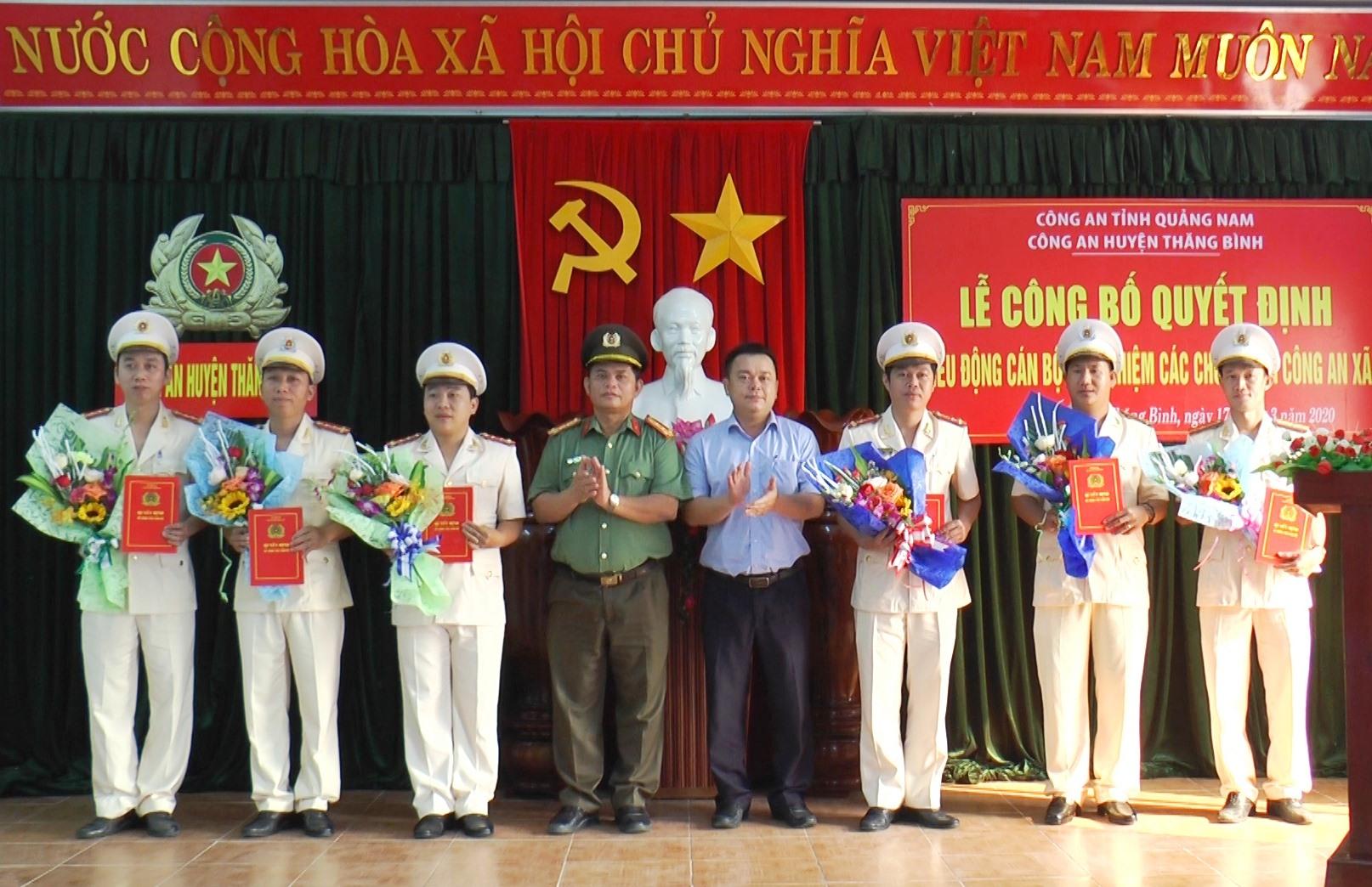 Đại tá Huỳnh Sông Thu – Phó Giám đốc Công an tỉnh và lãnh đạo huyện Thăng Bình tặng hoa chúc mừng cán bộ chiến sĩ được điều động.