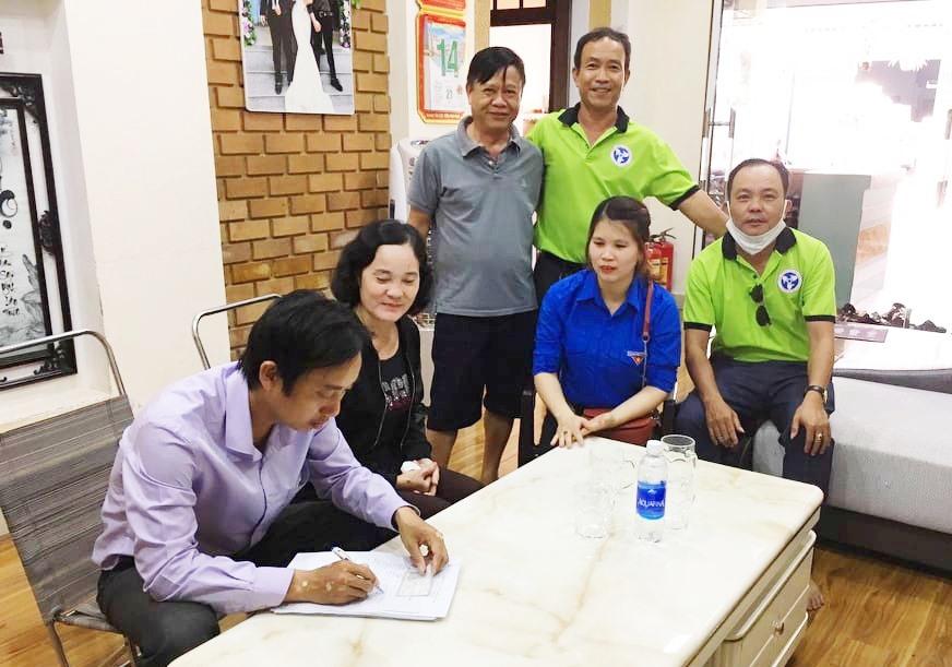 Đội vận động phường An Sơn (Tam Kỳ) vận động các cơ sở kinh doanh, dịch vụ tạm ngừng hoạt động. Ảnh: THÁI CƯỜNG