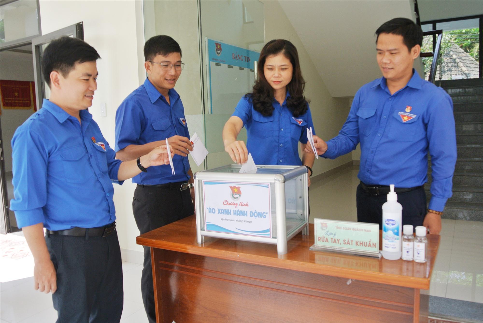 Cán bộ cơ quan Tỉnh đoàn tham gia ủng hộ chương trình.