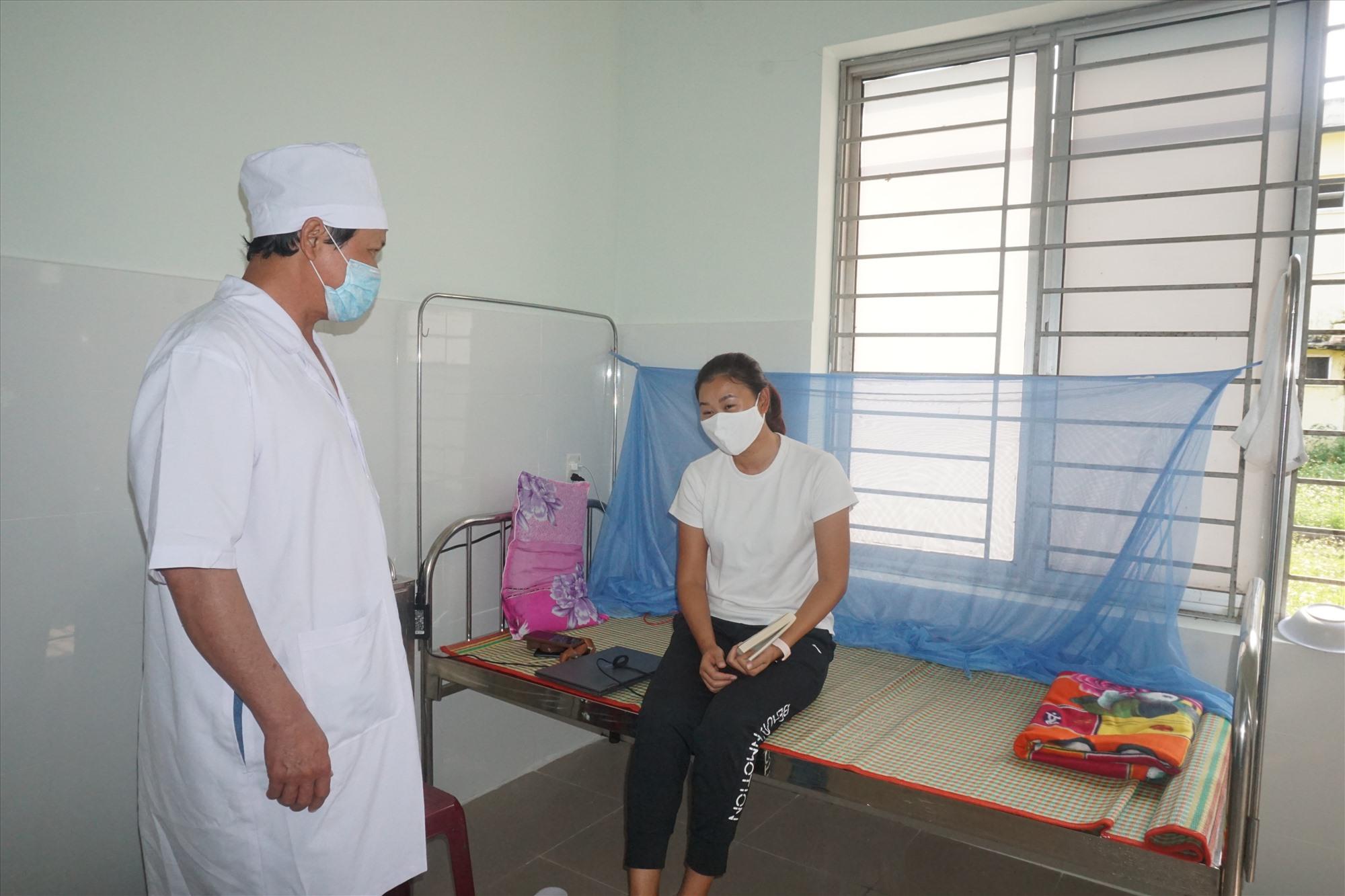 Cán bộ Trung tâm Y tế huyện Thăng Bình thăm hỏi người thực hiện cách ly tại Khoa Truyền nhiễm. Ảnh: T.THỰC