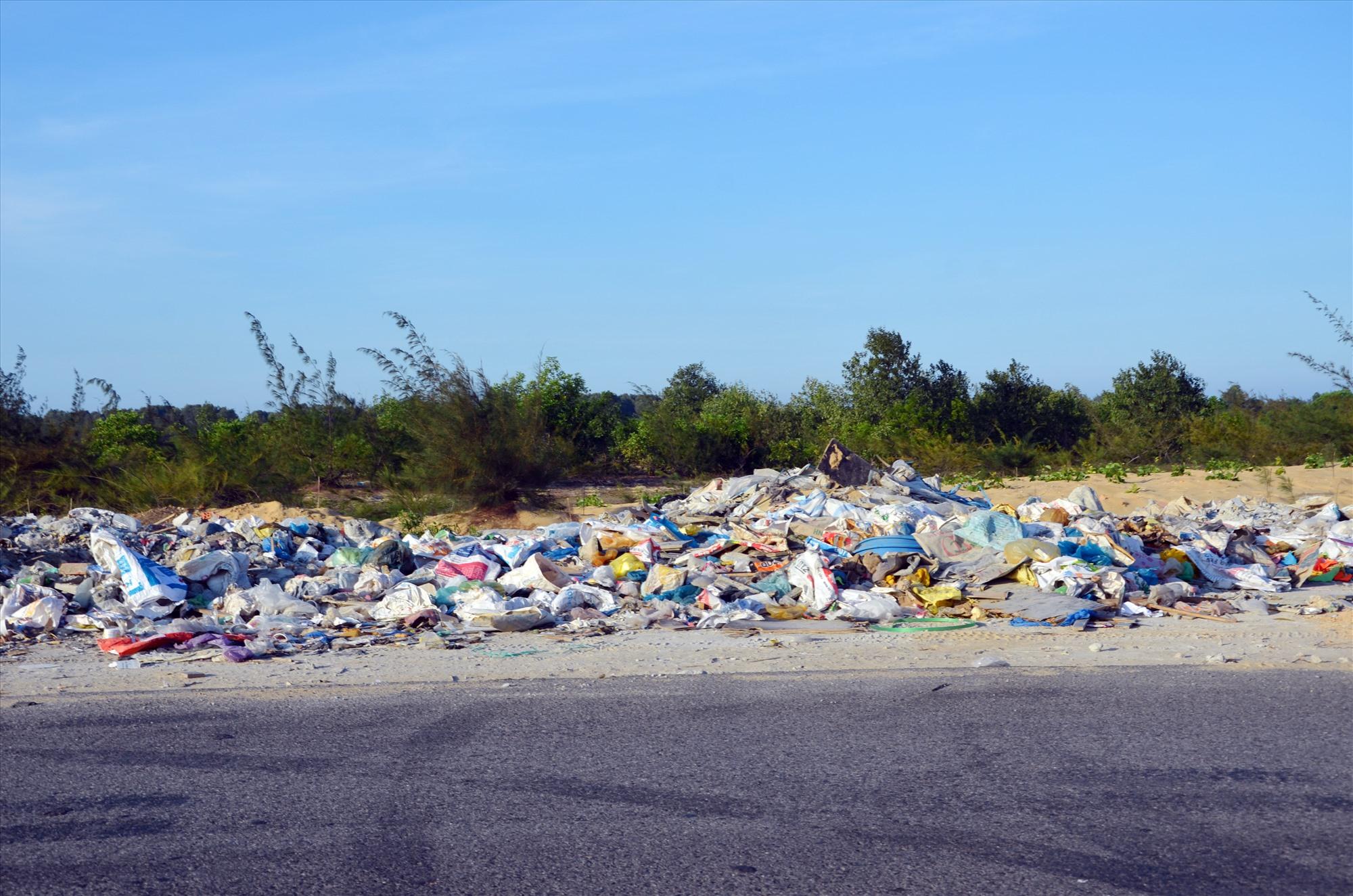 Một bãi rác tự phát dọc đường ven biển thuộc địa bàn huyện Thăng Bình cách đây không lâu. Ảnh: T.N