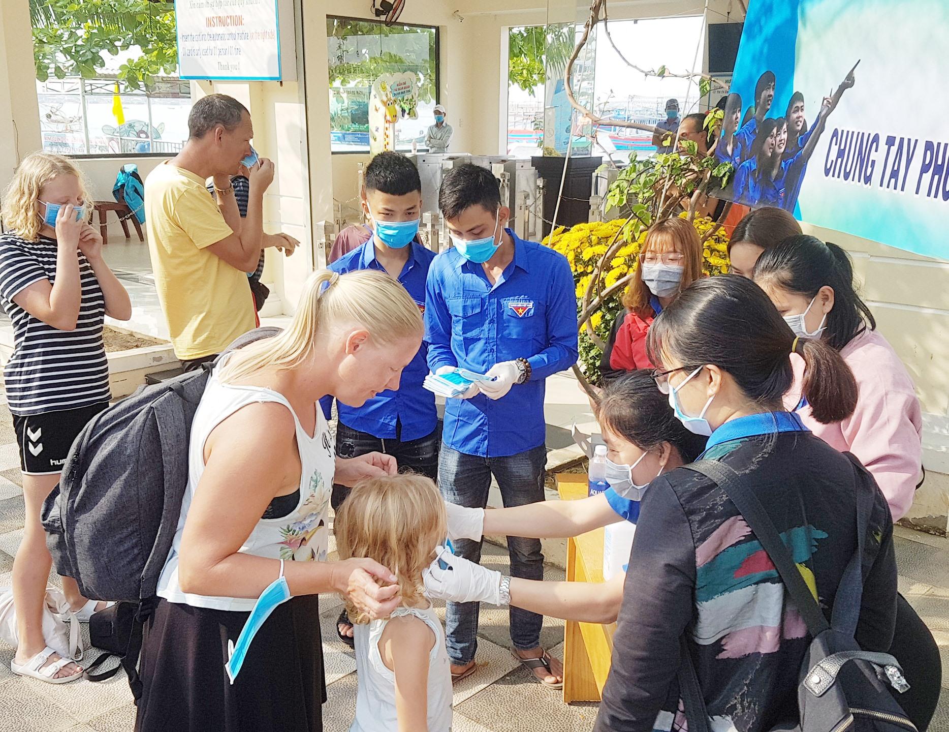 Thanh niên Hội An hỗ trợ du khách phòng ngừa dịch bệnh.