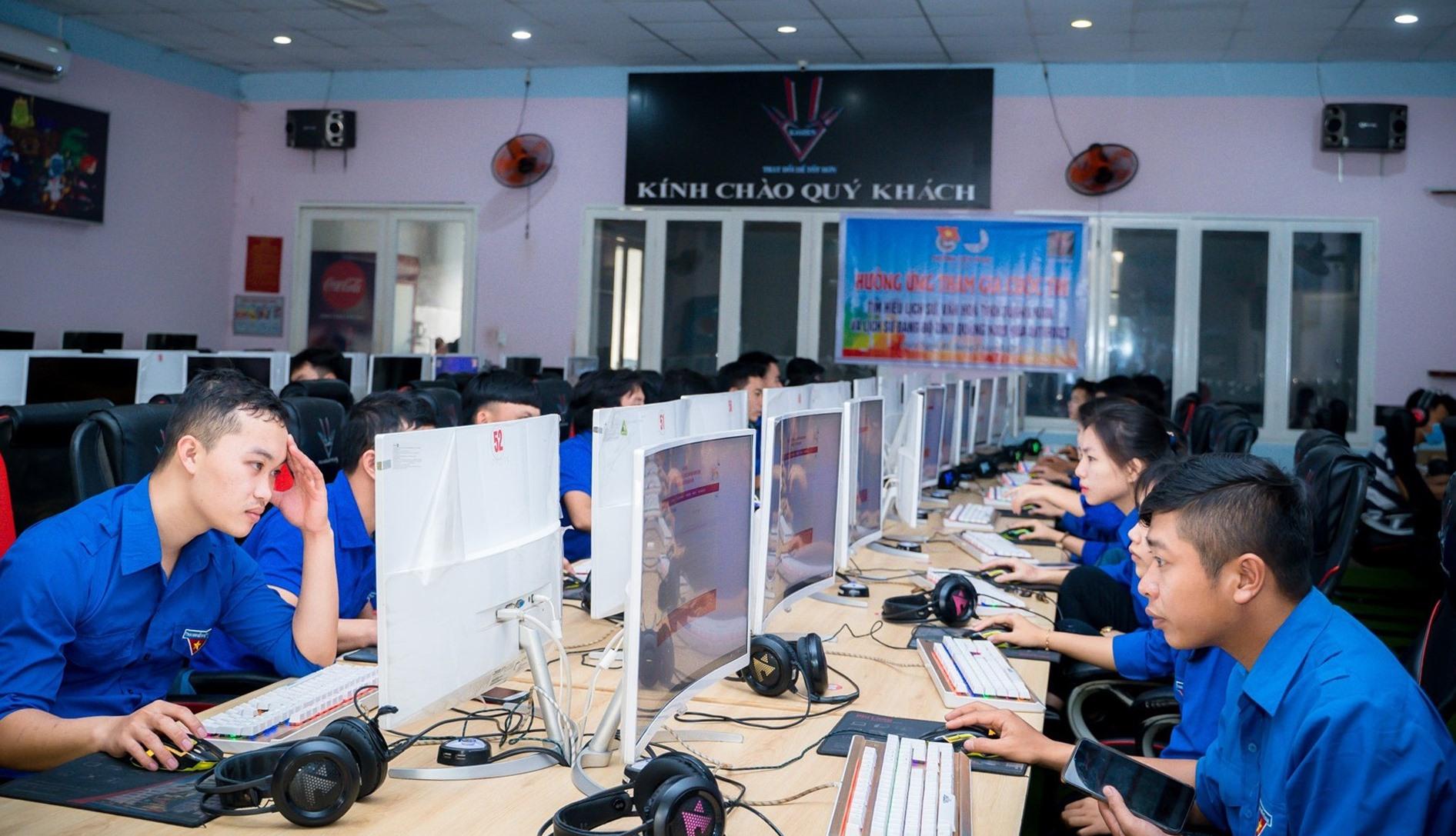 Các cơ sở đoàn tổ chức cho đoàn viên tham gia cuộc thi trực tuyến tìm hiểu truyền thống lịch sử Đảng bộ và văn hóa Quảng Nam. Ảnh: T.NHÂN