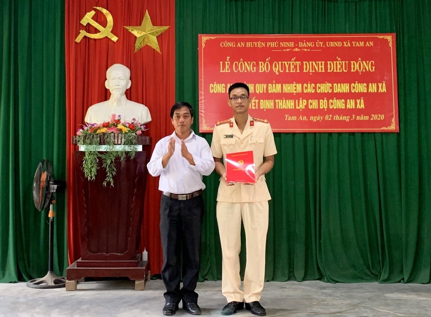 Đảng ủy xã Tam An trao quyết định thành lập Chi bộ Công an xã. Ảnh: PHAN VINH