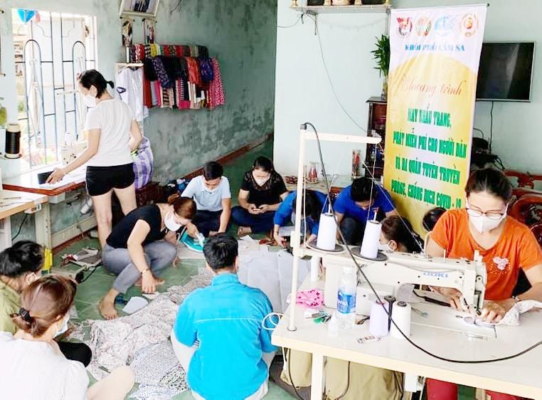 Tuổi trẻ khối phố Cẩm Sa (Điện Nam Bắc, Điện Bàn) may khẩu trang tặng miễn phí.