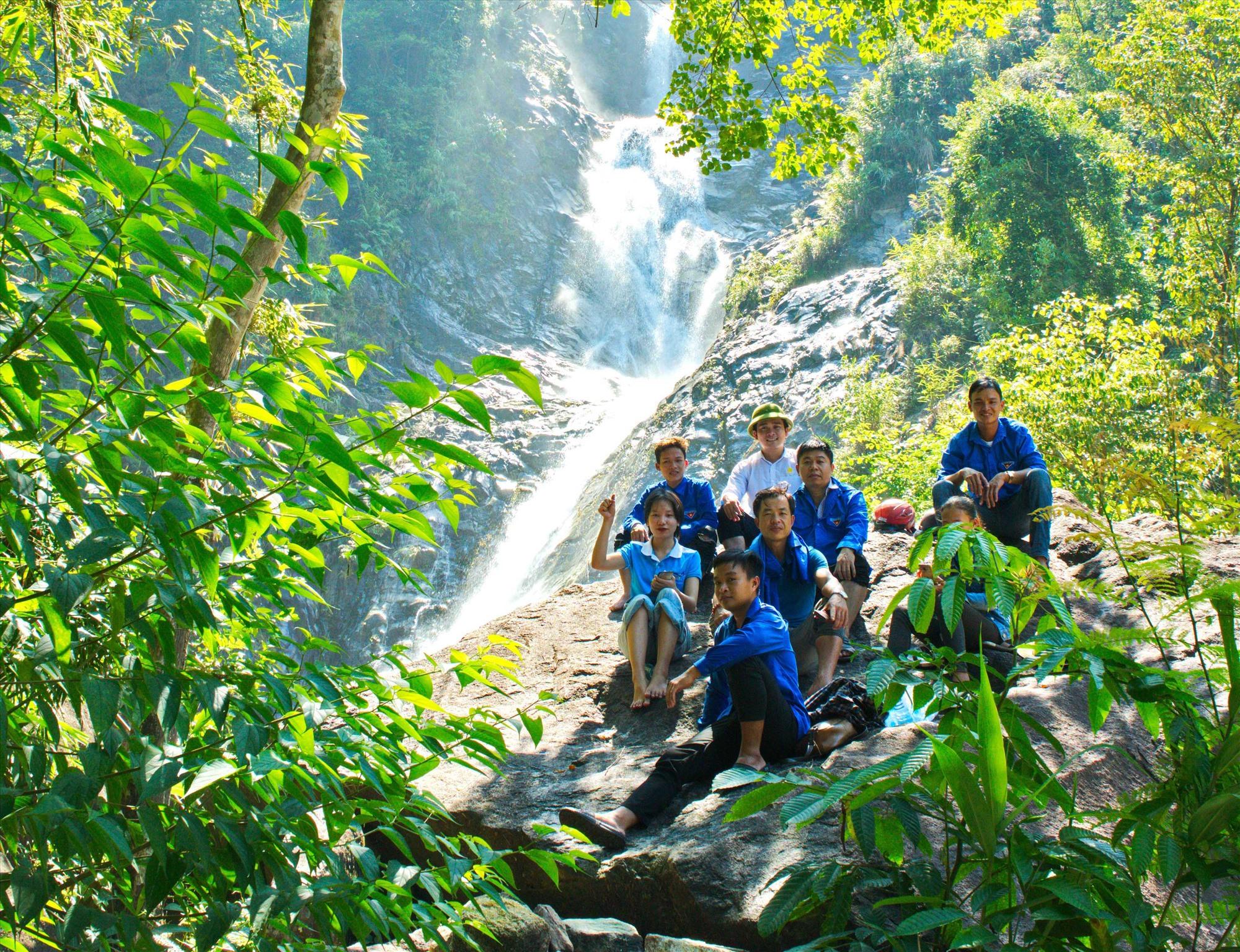 Khảo sát mở tour du lịch tại thác 5 tầng (Trà Giang, Bắc Trà My). Ảnh: N.Đ.N